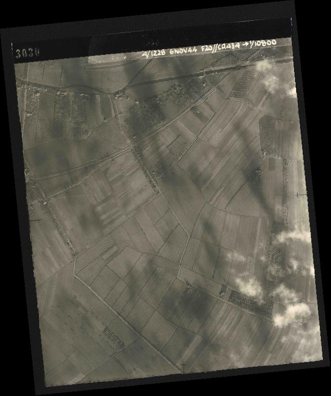Collection RAF aerial photos 1940-1945 - flight 005, run 01, photo 3030