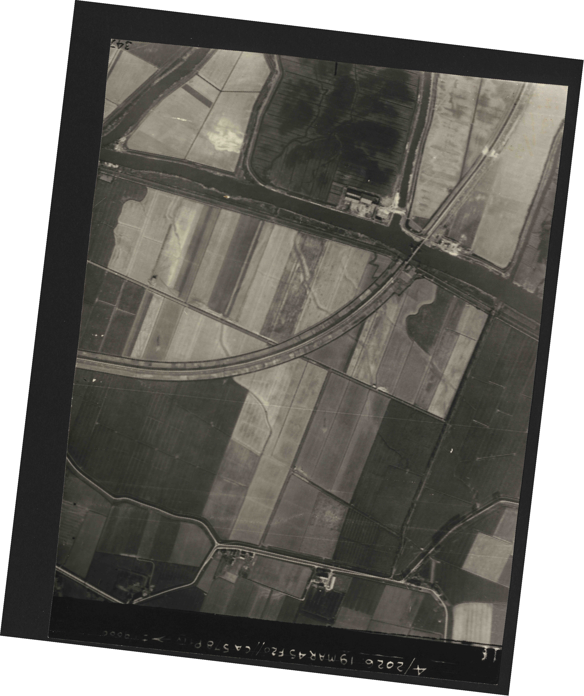 Collection RAF aerial photos 1940-1945 - flight 012, run 08, photo 3216