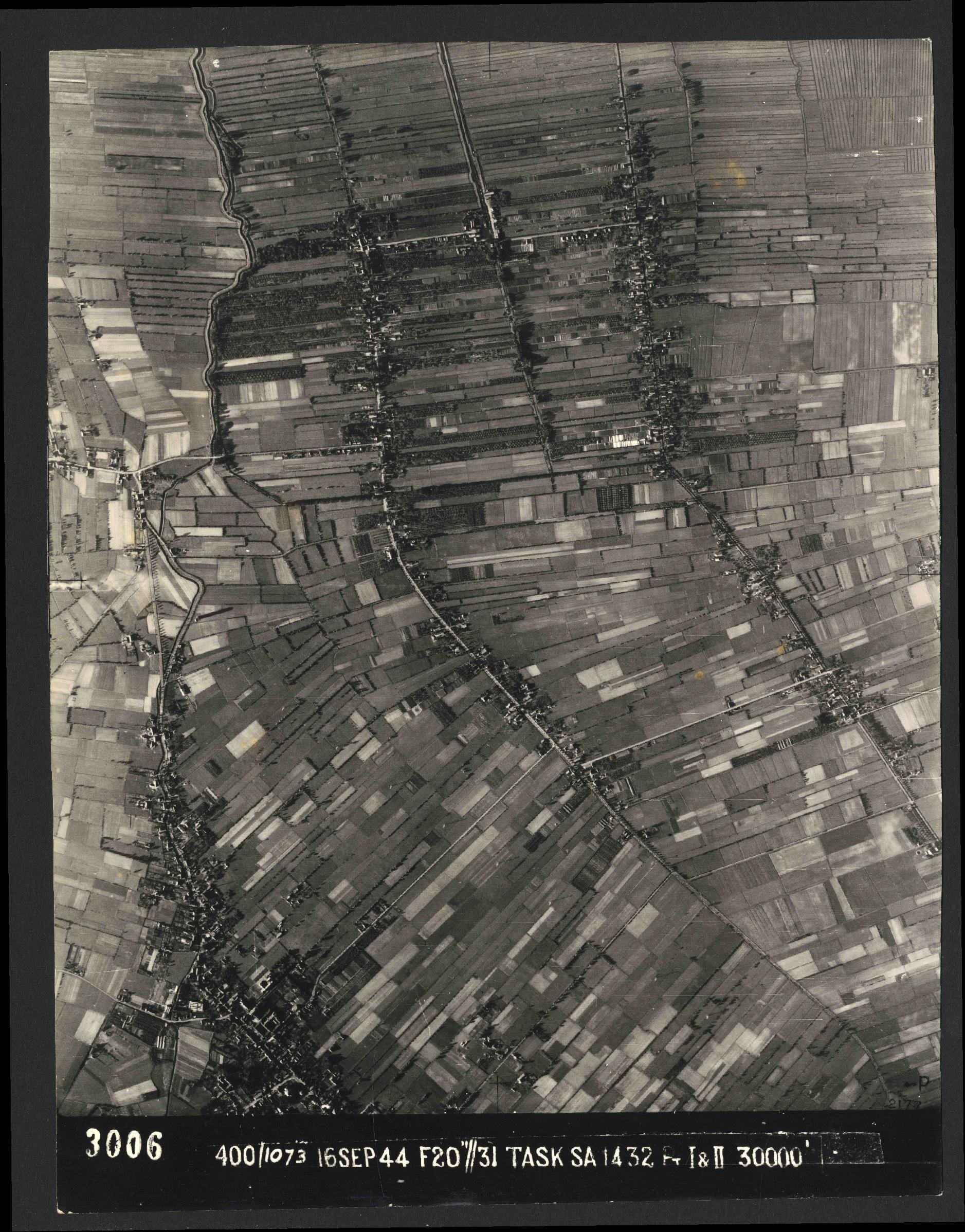 Collection RAF aerial photos 1940-1945 - flight 013, run 13, photo 3006