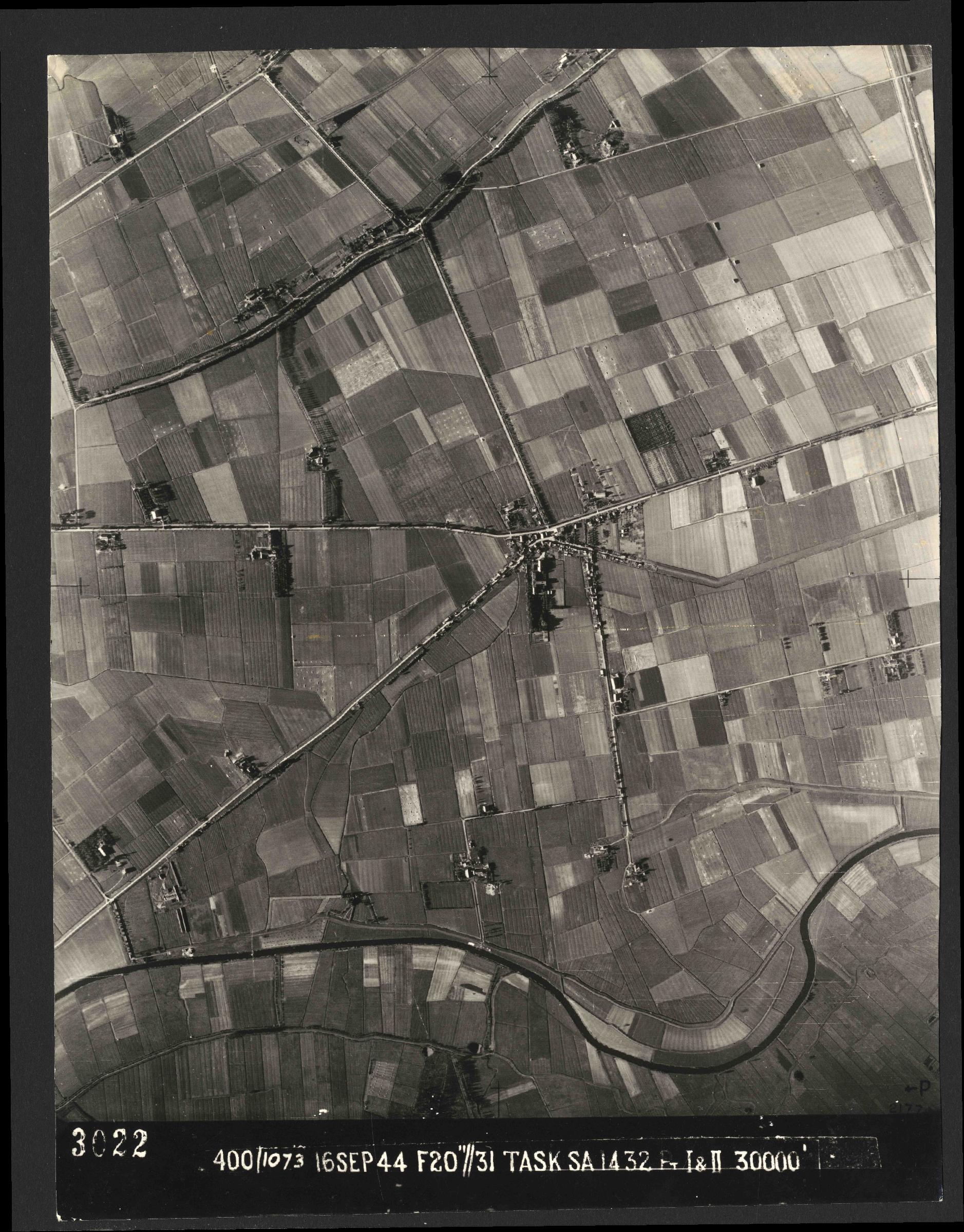 Collection RAF aerial photos 1940-1945 - flight 013, run 13, photo 3022