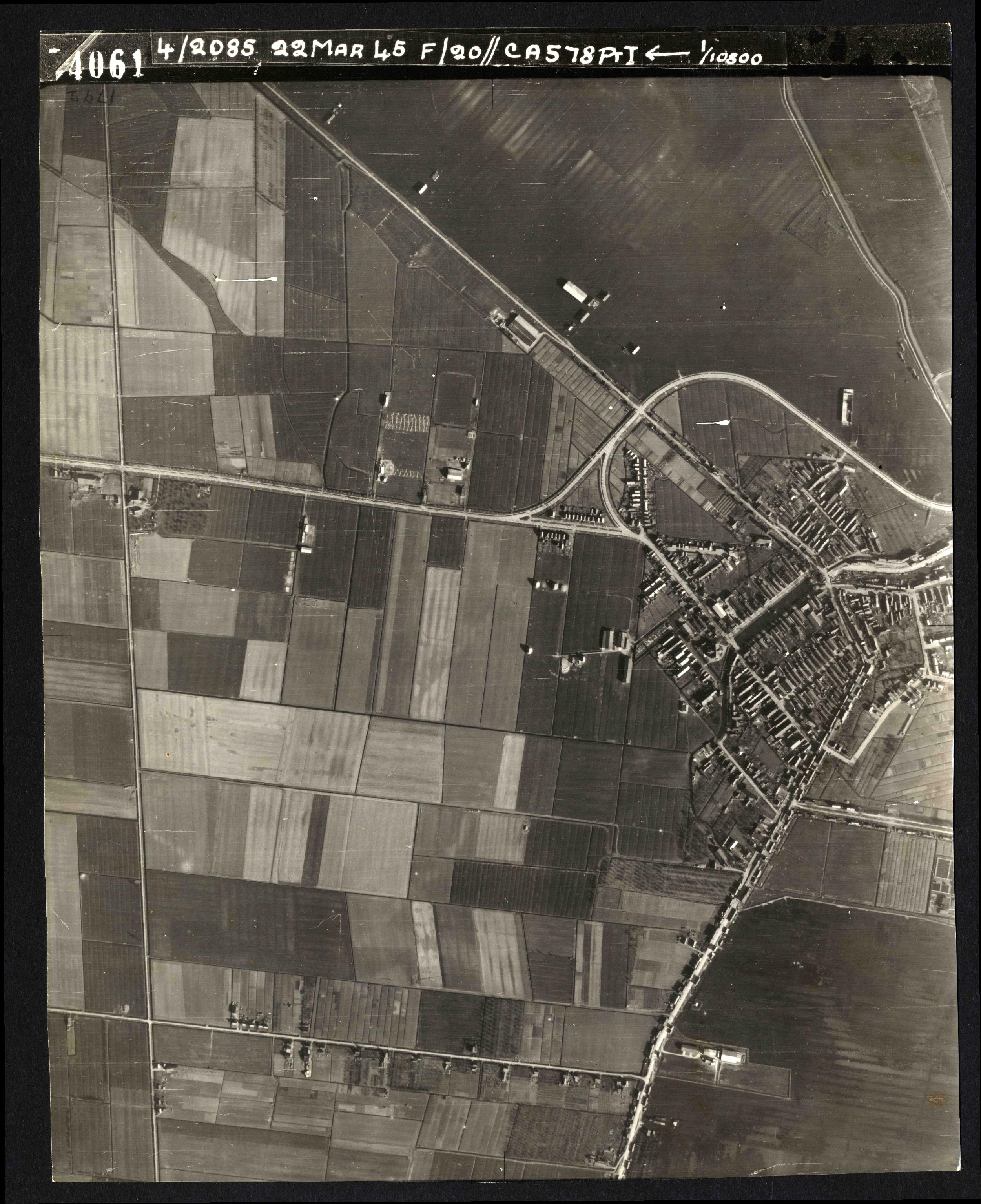 Collection RAF aerial photos 1940-1945 - flight 021, run 01, photo 4061