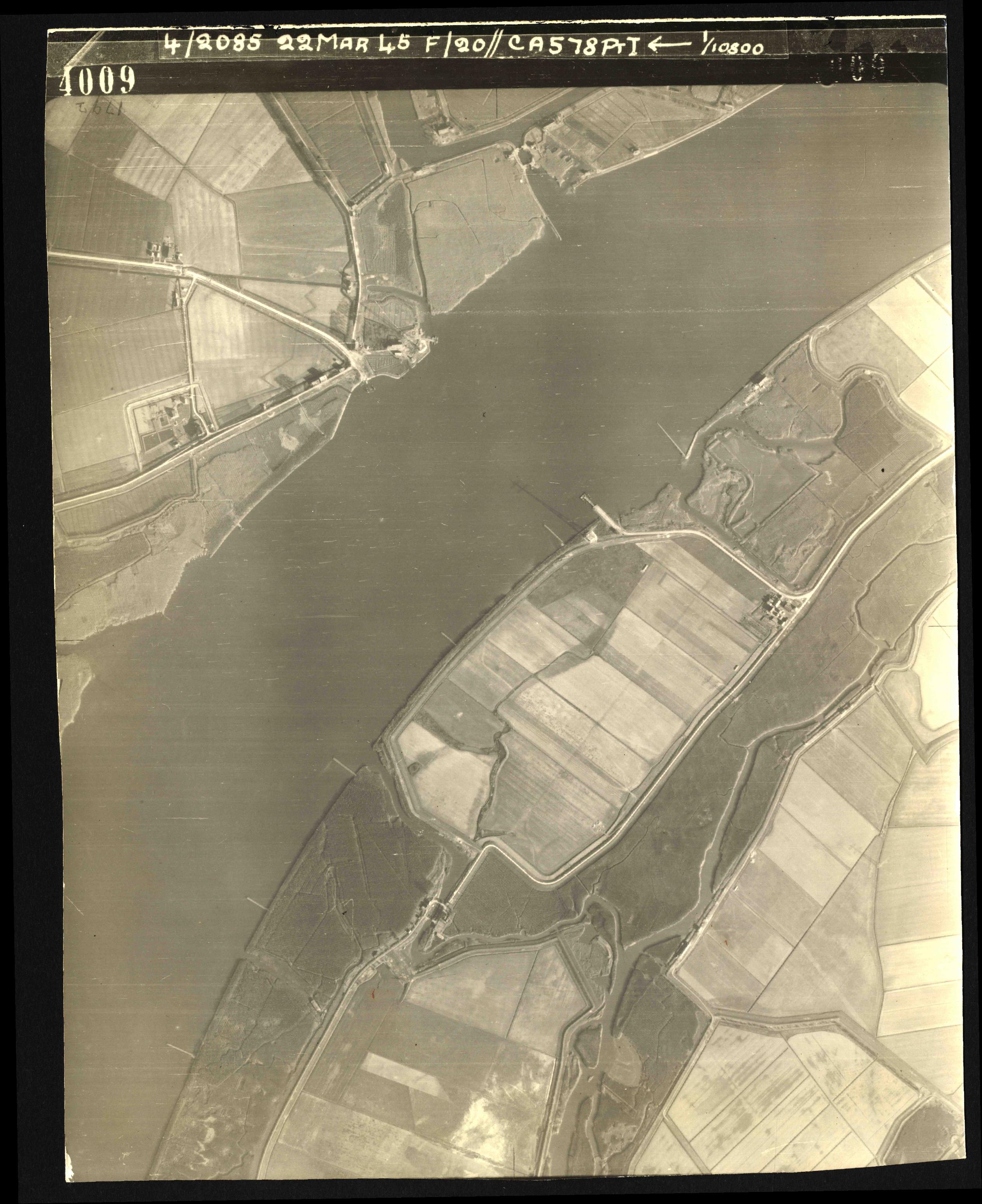 Collection RAF aerial photos 1940-1945 - flight 021, run 02, photo 4009