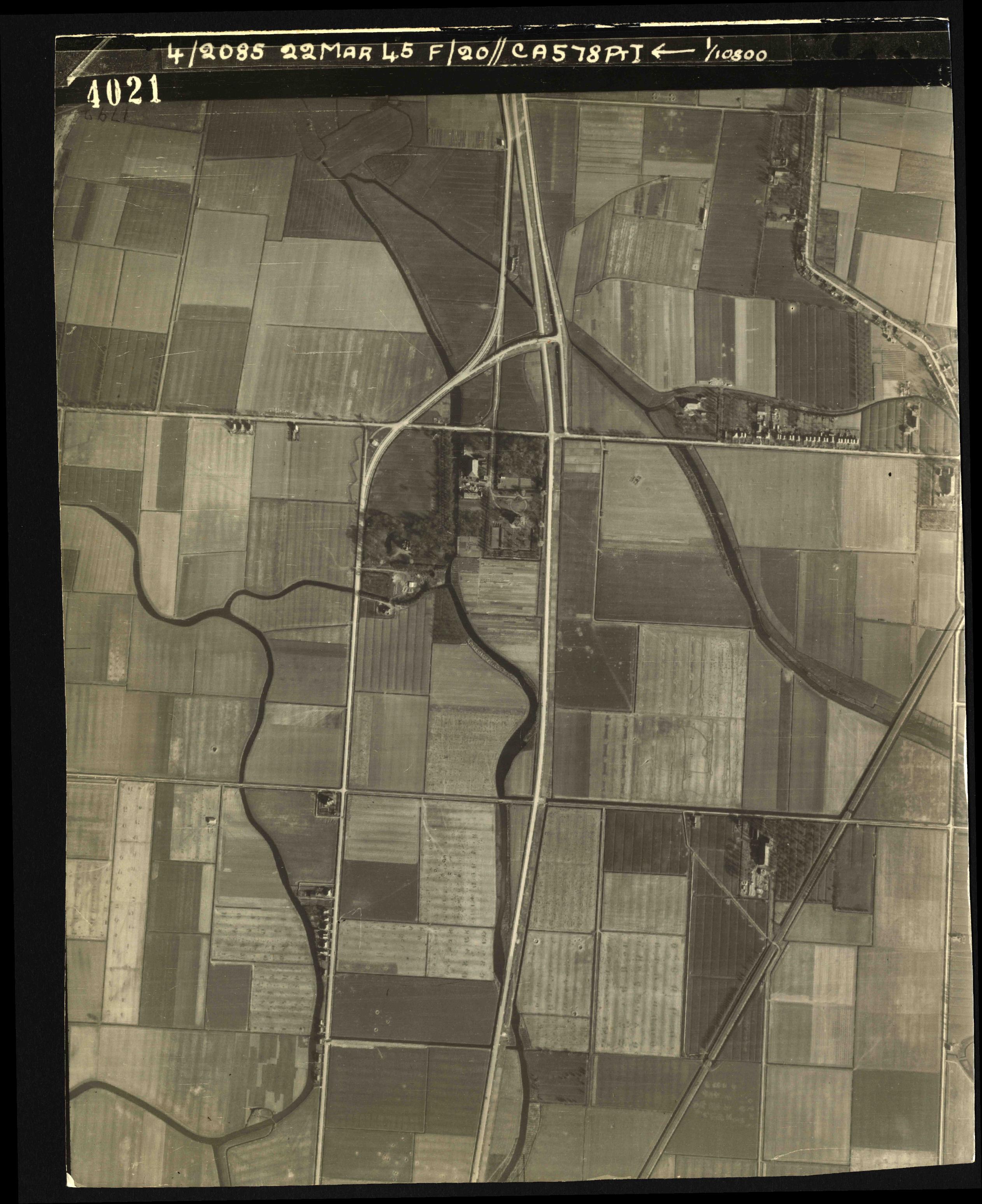 Collection RAF aerial photos 1940-1945 - flight 021, run 02, photo 4021
