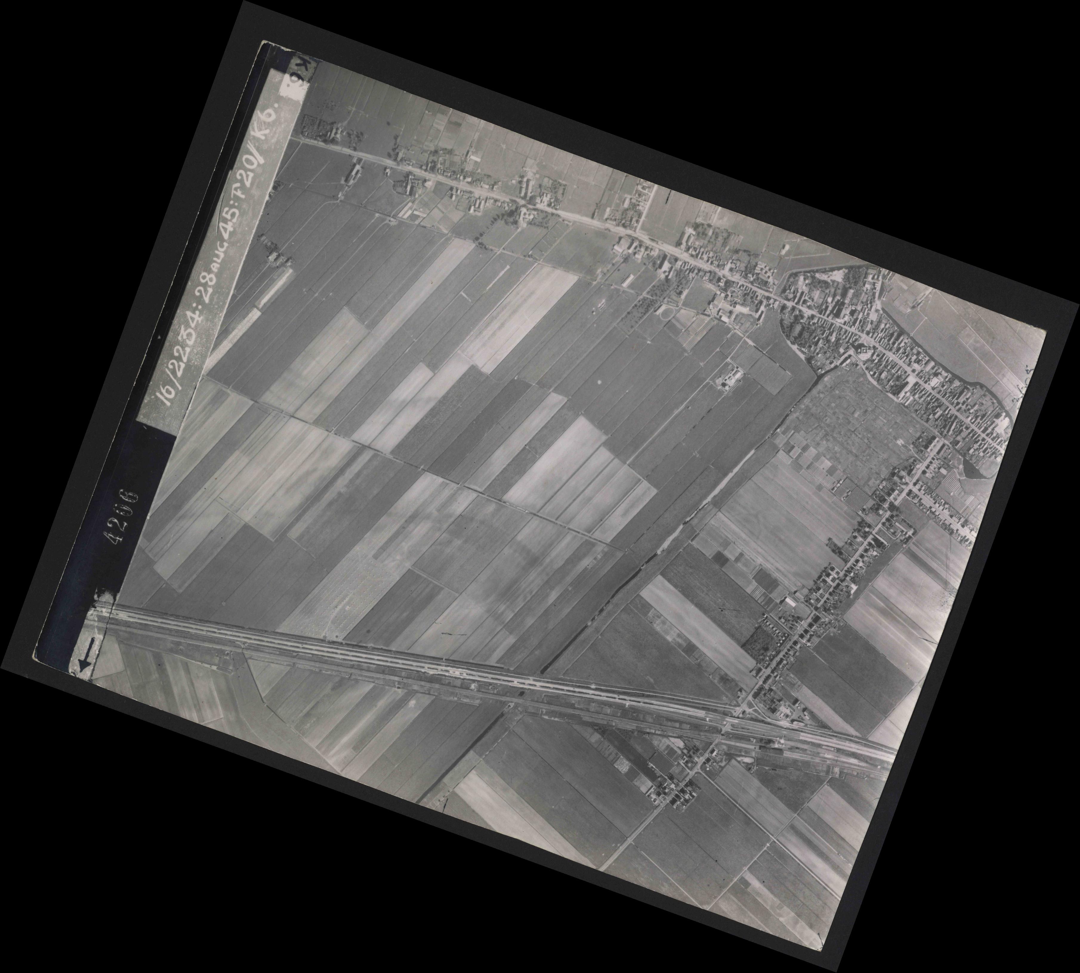Collection RAF aerial photos 1940-1945 - flight 031, run 01, photo 4206