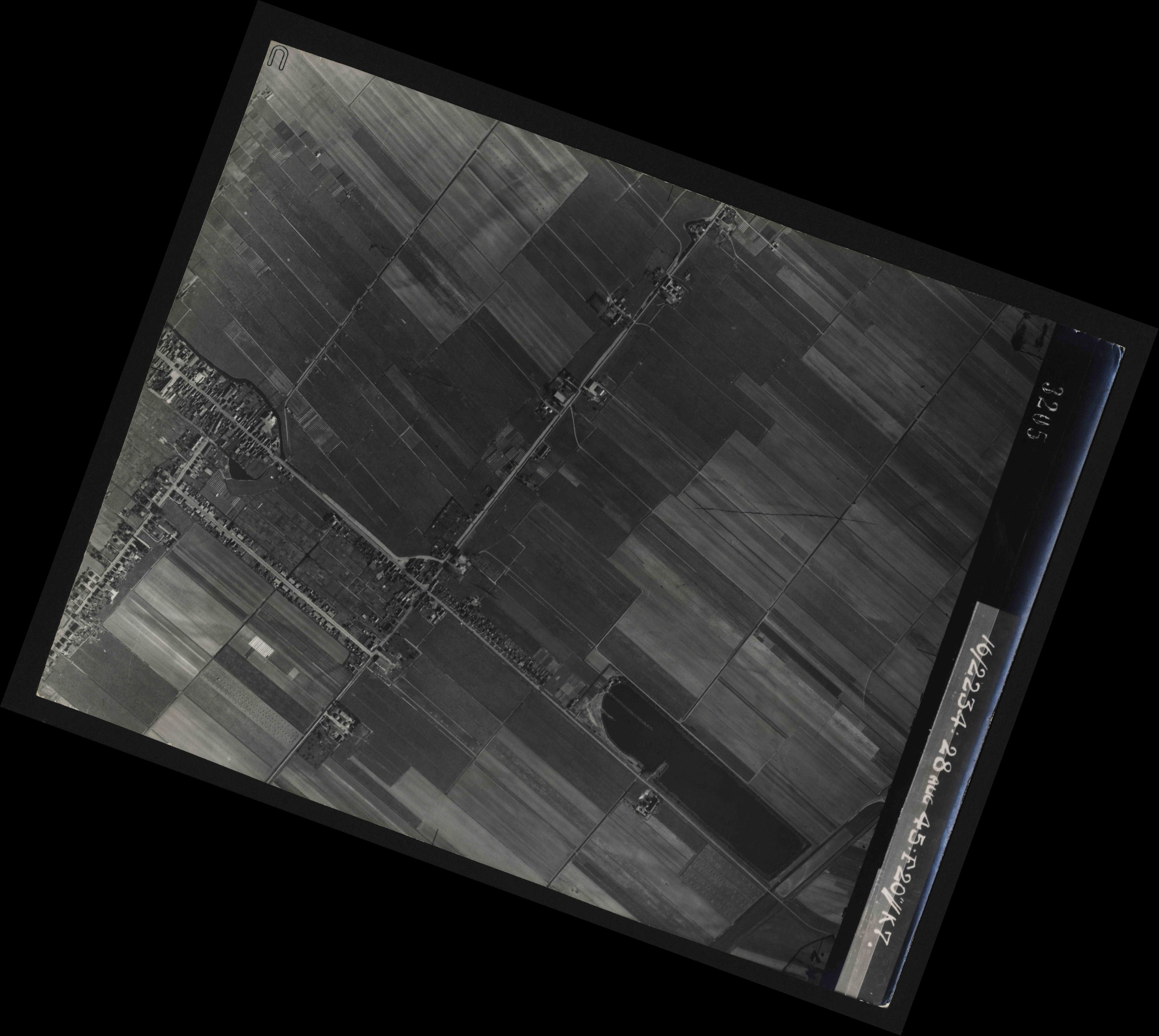 Collection RAF aerial photos 1940-1945 - flight 031, run 02, photo 3205
