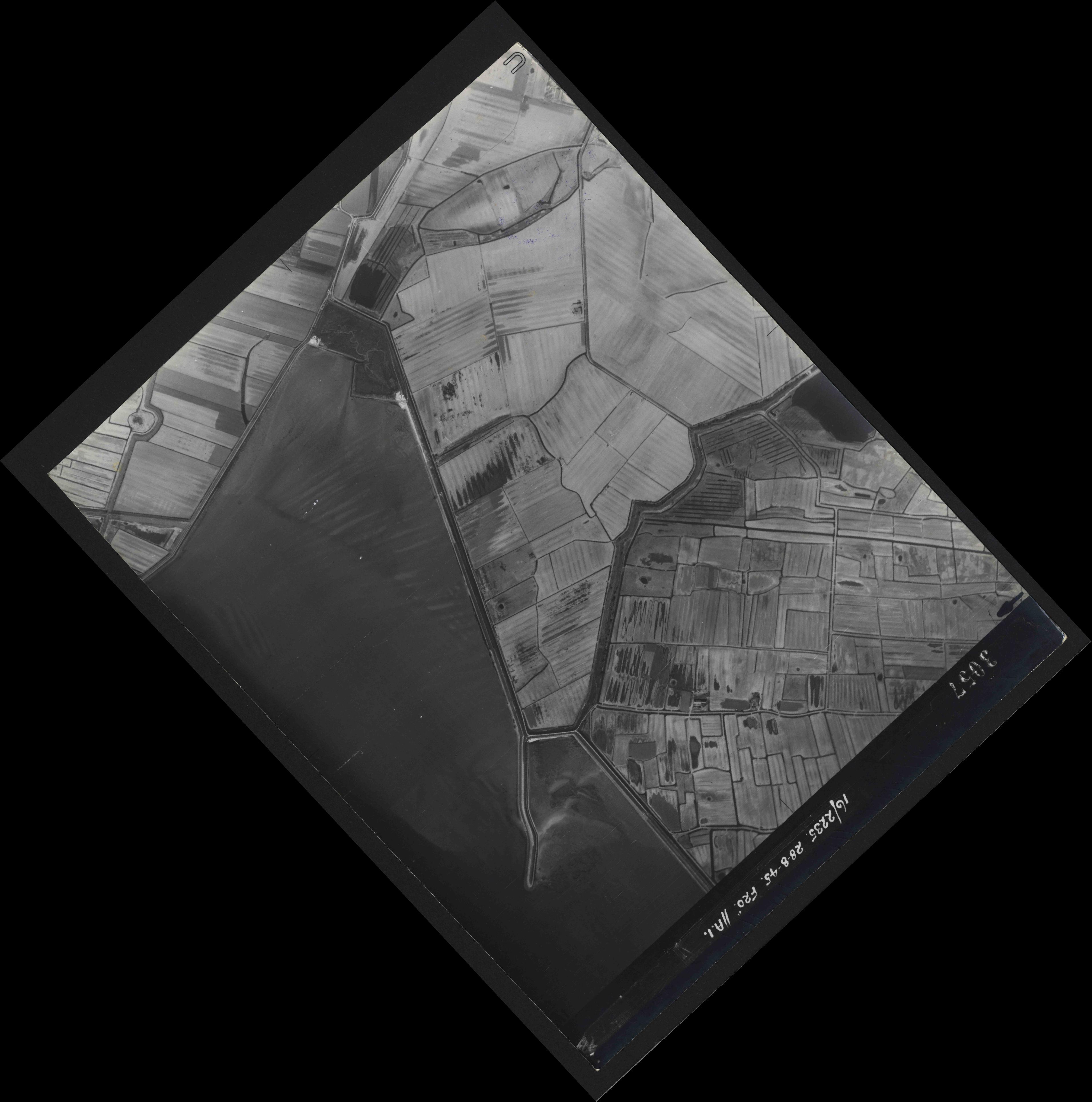 Collection RAF aerial photos 1940-1945 - flight 033, run 08, photo 3057