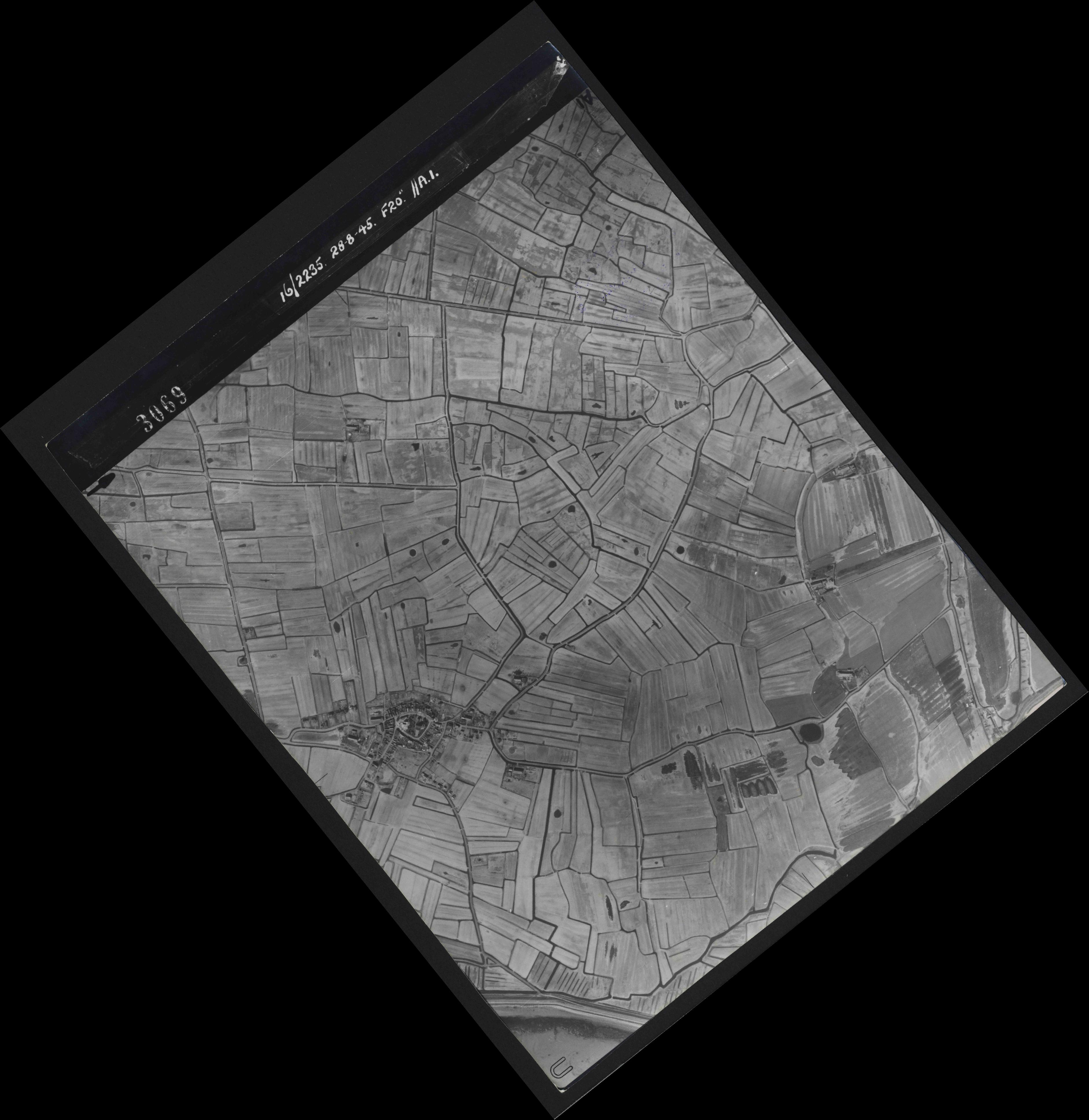 Collection RAF aerial photos 1940-1945 - flight 033, run 09, photo 3069