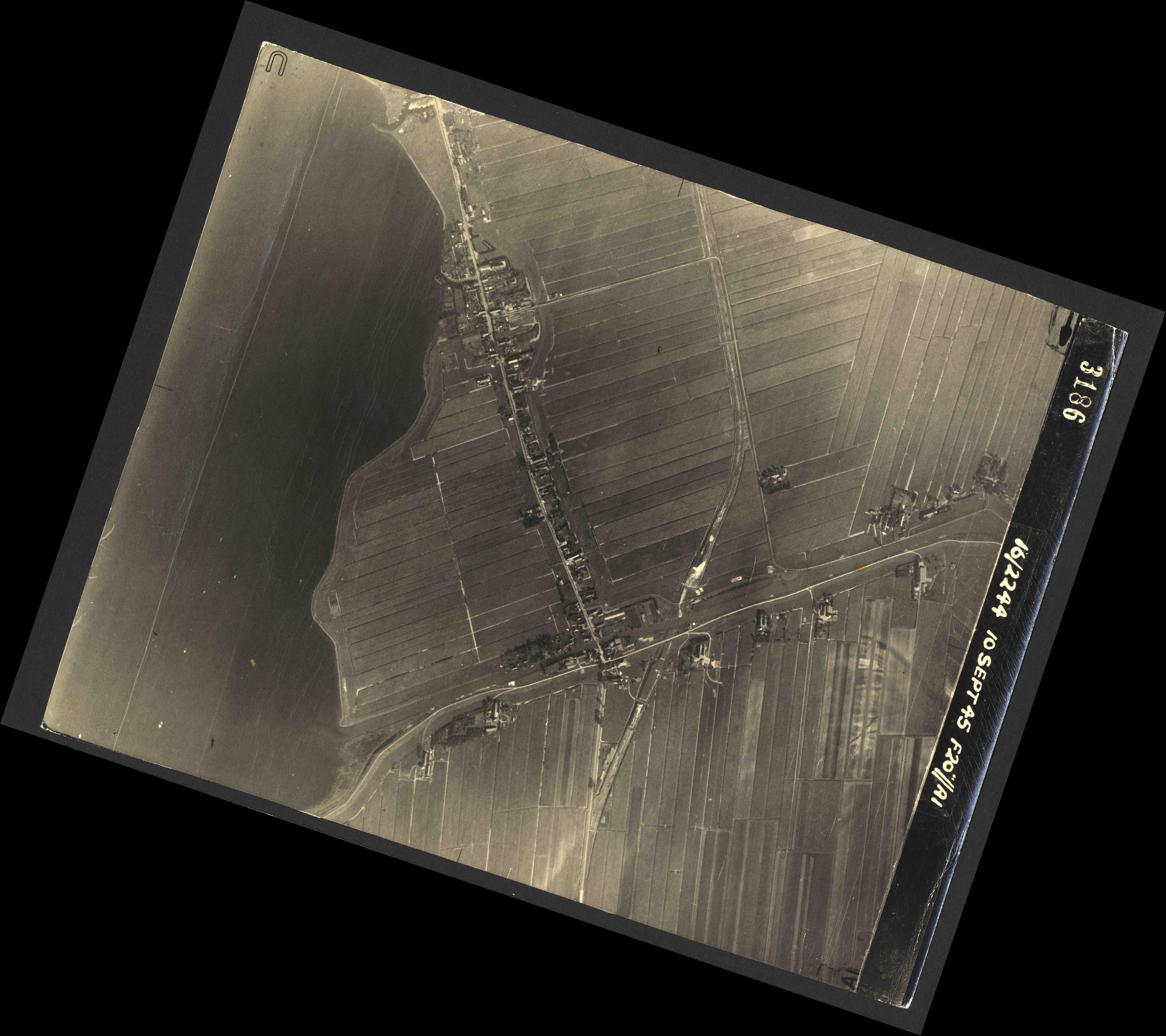 Collection RAF aerial photos 1940-1945 - flight 035, run 14, photo 3186