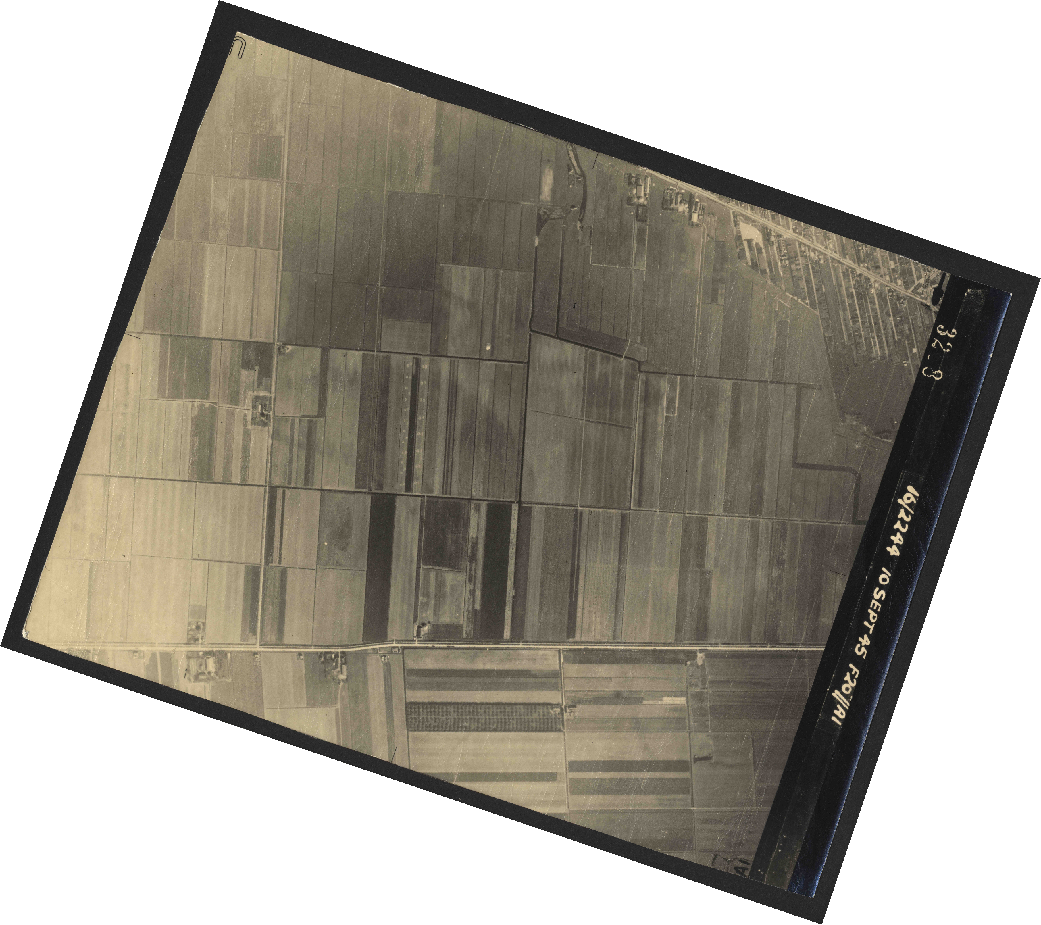 Collection RAF aerial photos 1940-1945 - flight 035, run 14, photo 3208