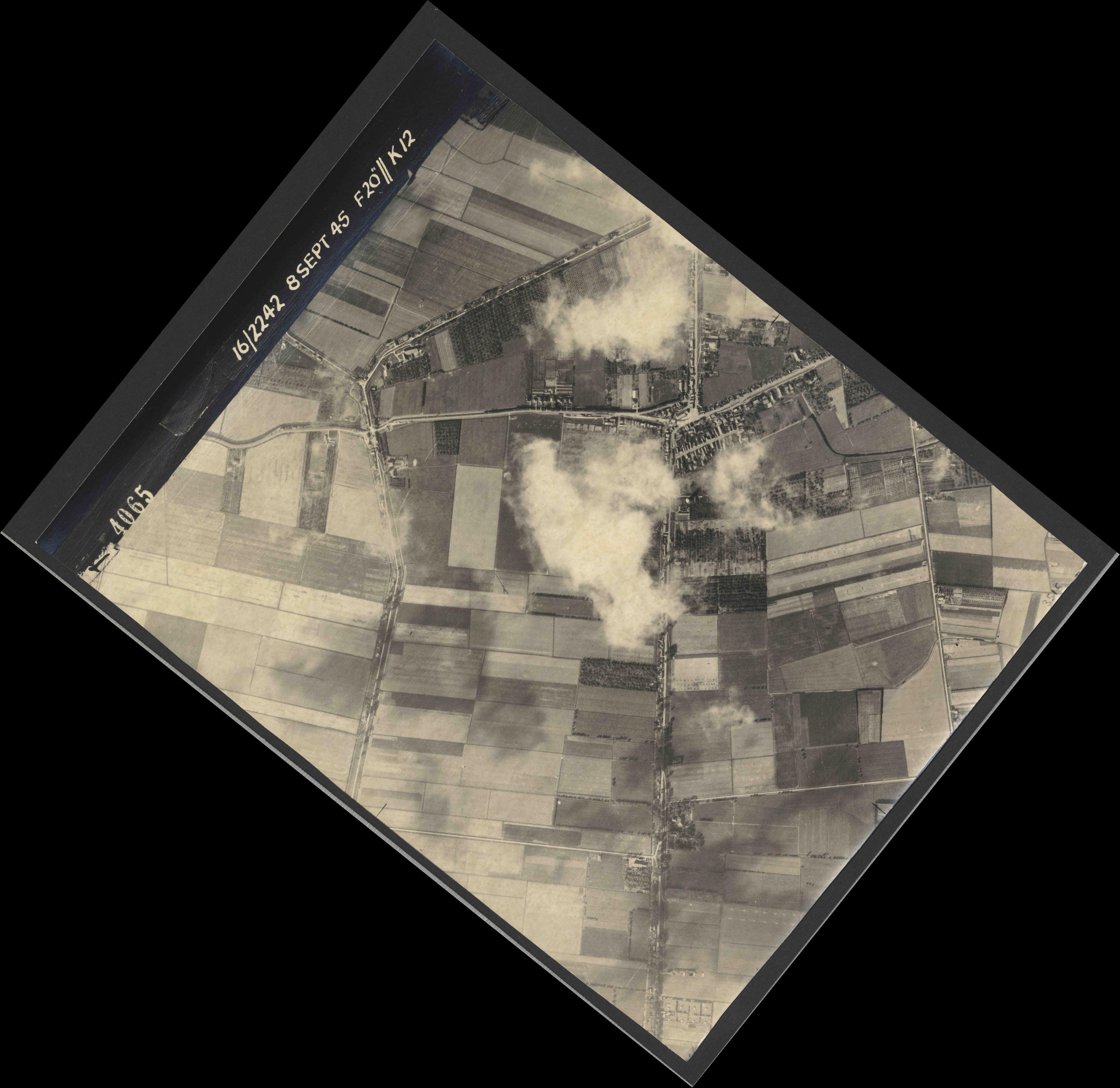 Collection RAF aerial photos 1940-1945 - flight 036, run 10, photo 4065