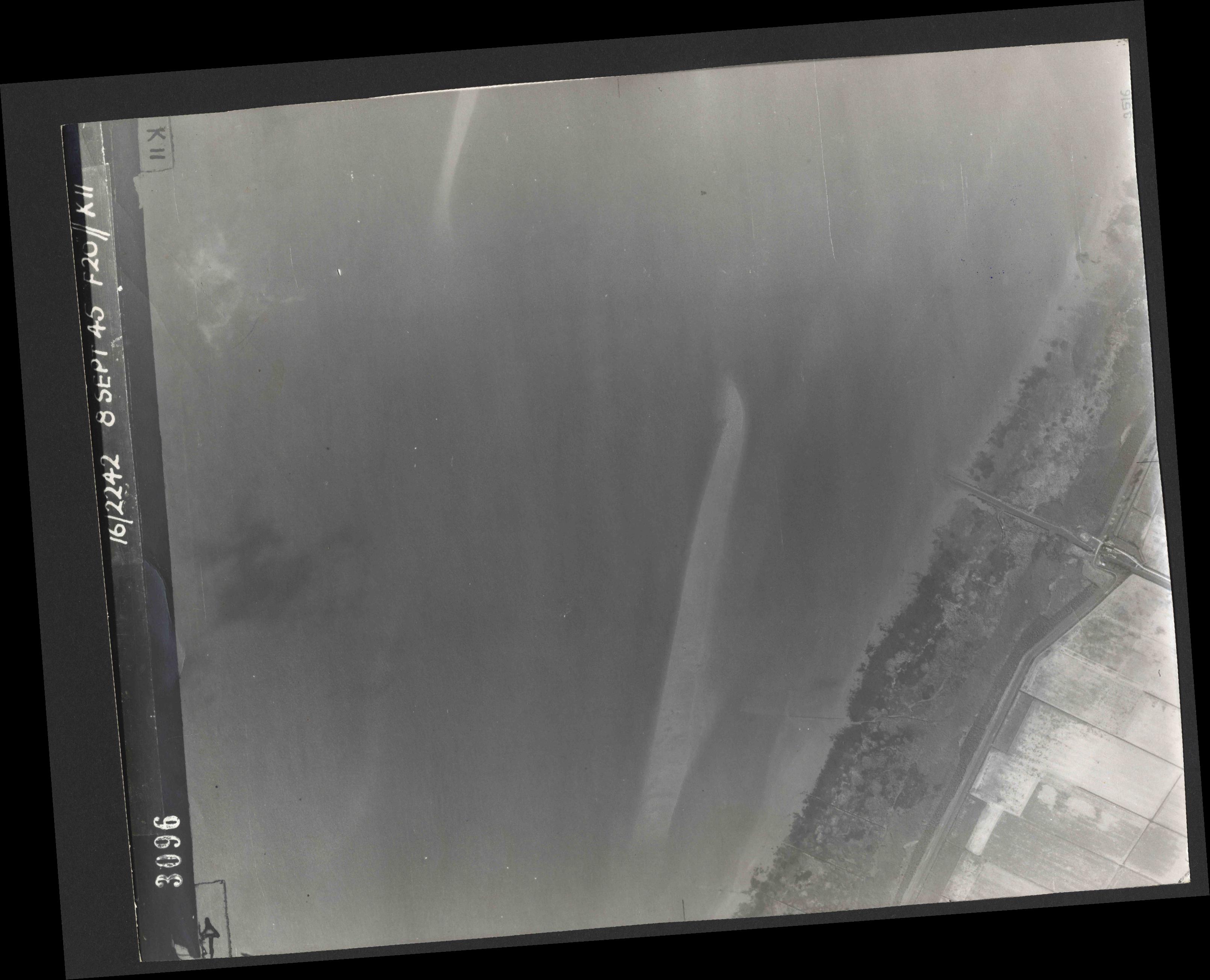 Collection RAF aerial photos 1940-1945 - flight 036, run 14, photo 3096