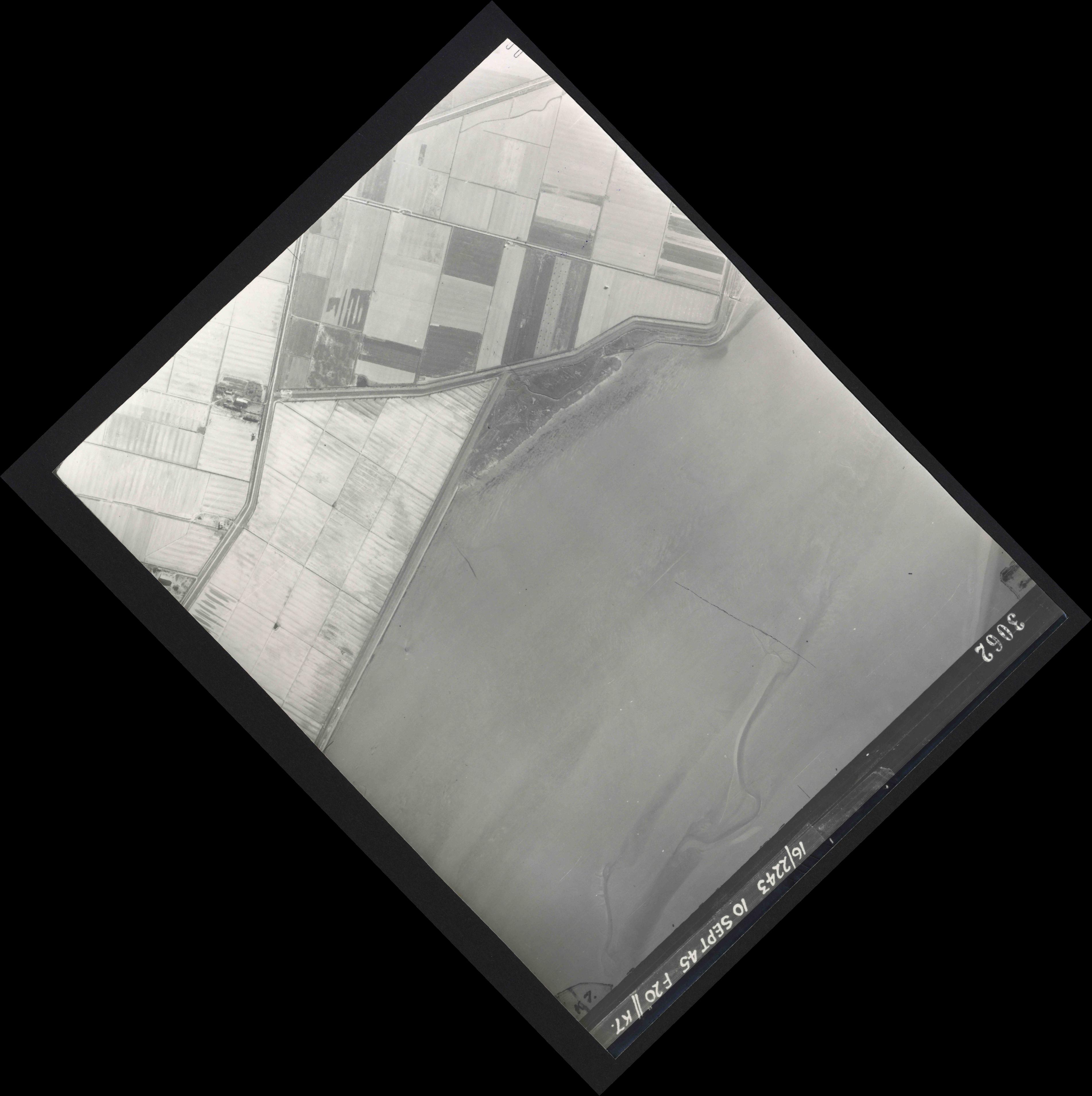 Collection RAF aerial photos 1940-1945 - flight 037, run 14, photo 3062