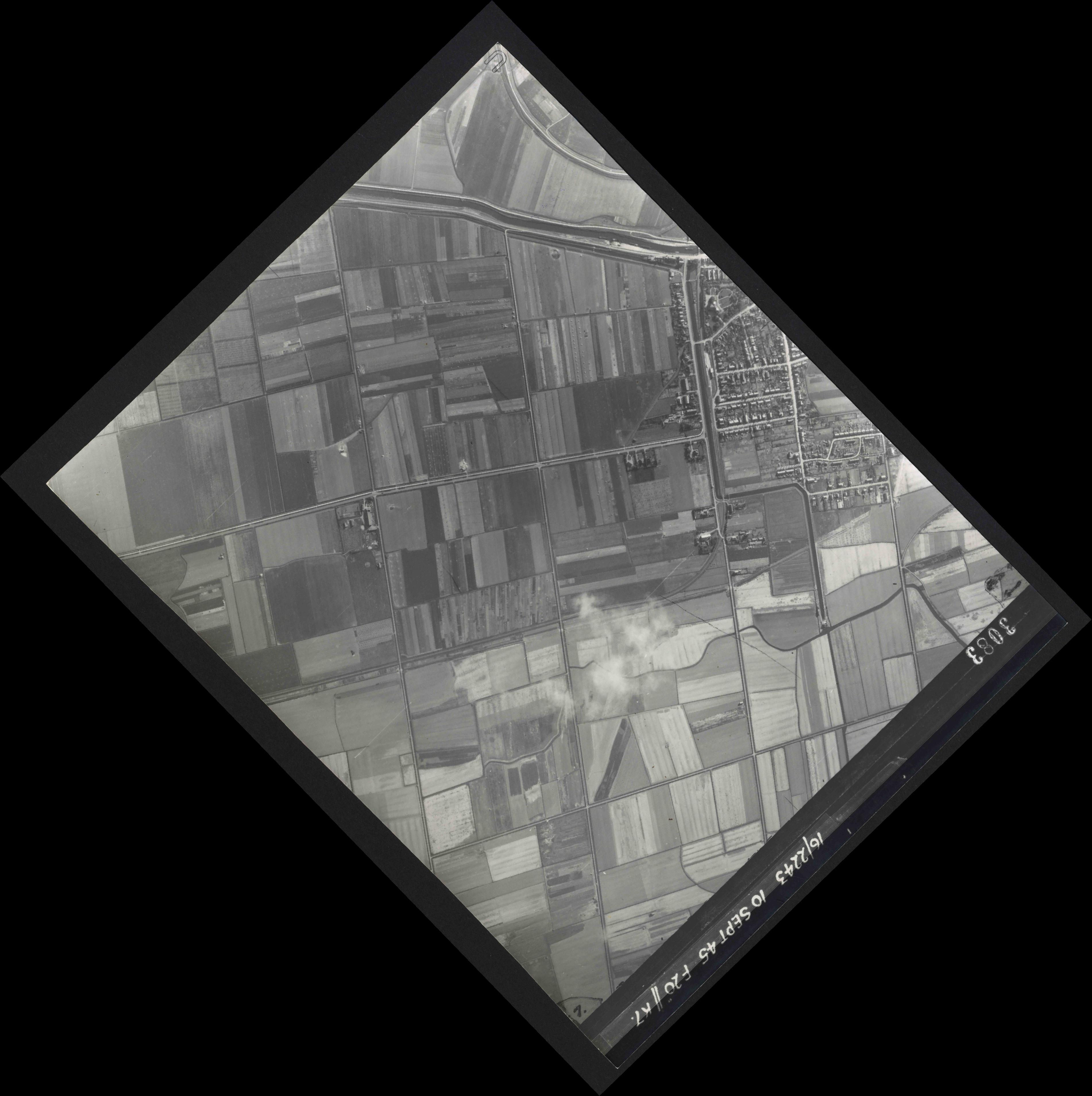 Collection RAF aerial photos 1940-1945 - flight 037, run 14, photo 3083