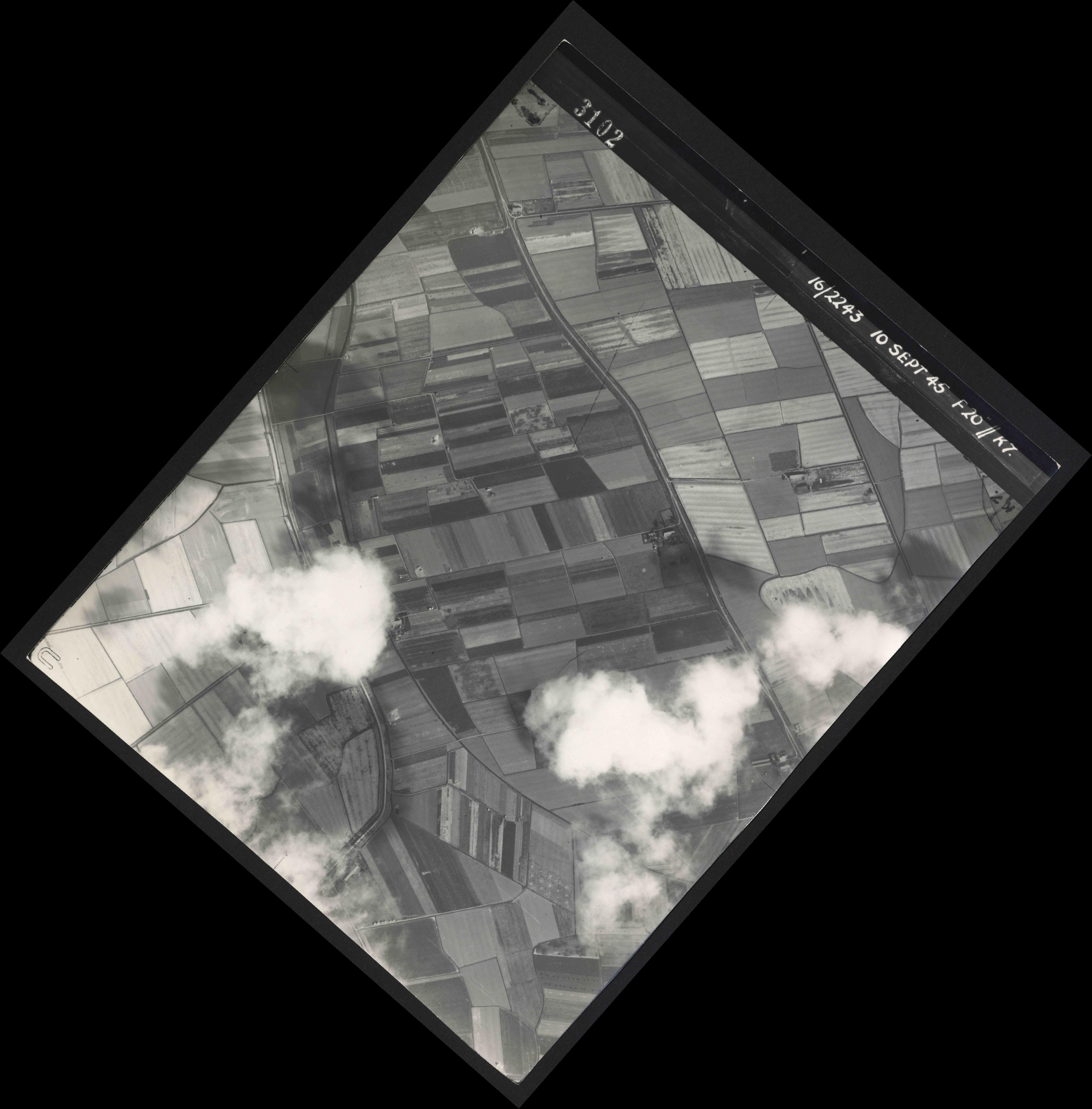 Collection RAF aerial photos 1940-1945 - flight 037, run 17, photo 3102