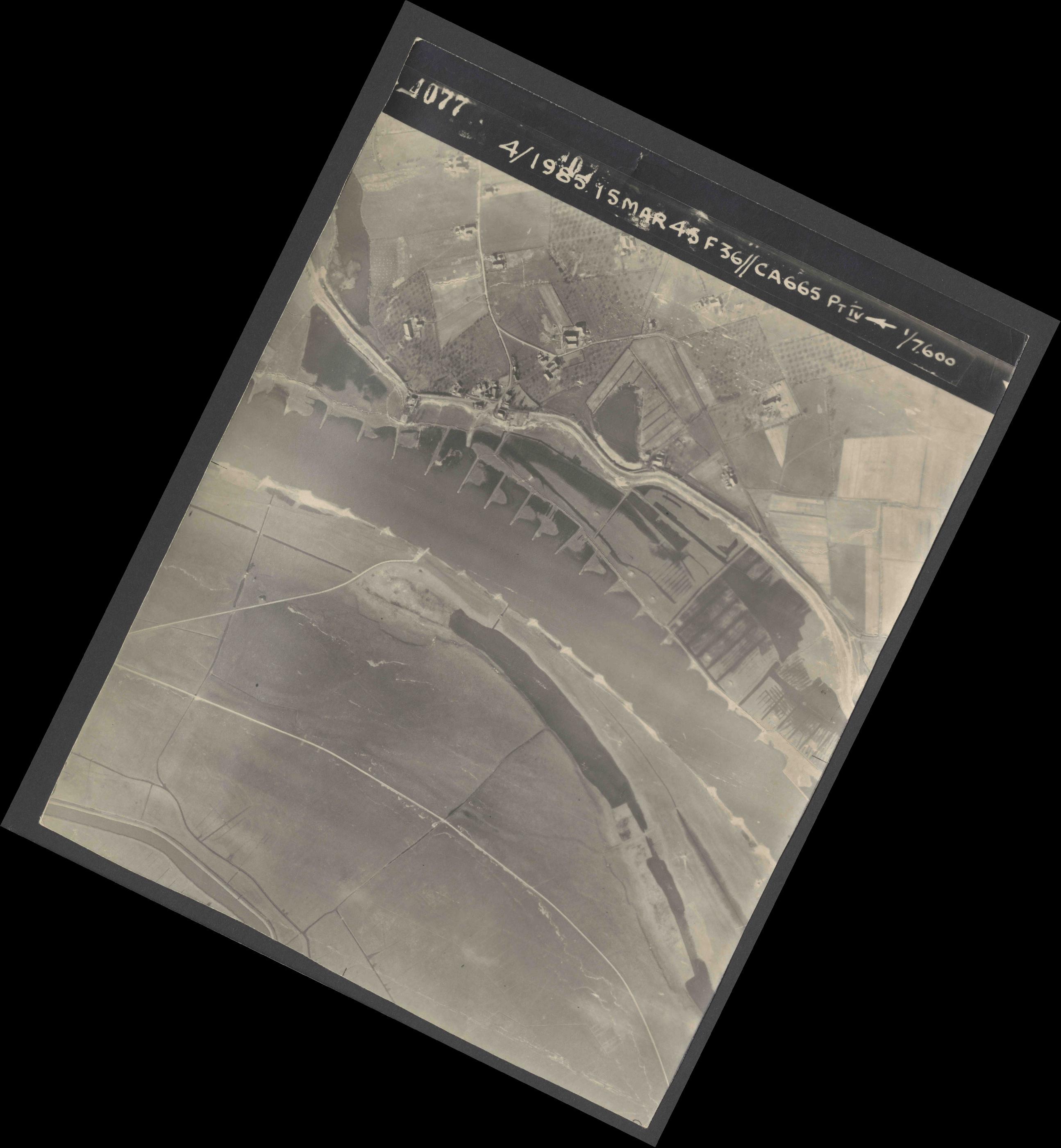 Collection RAF aerial photos 1940-1945 - flight 059, run 03, photo 4077