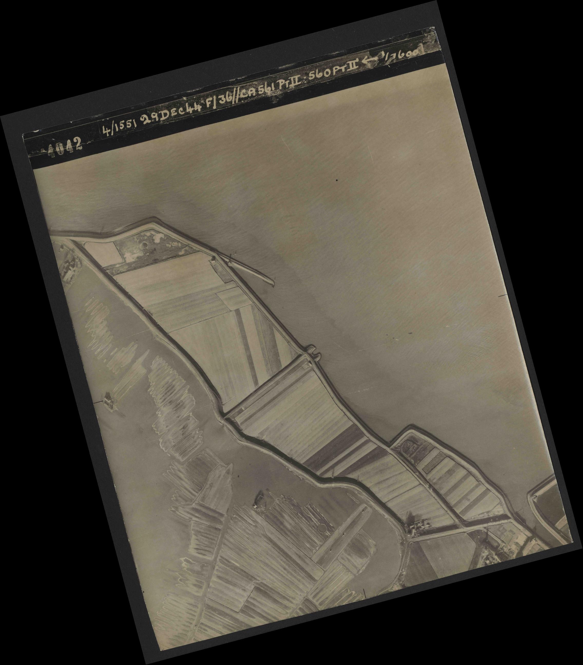 Collection RAF aerial photos 1940-1945 - flight 092, run 08, photo 4042