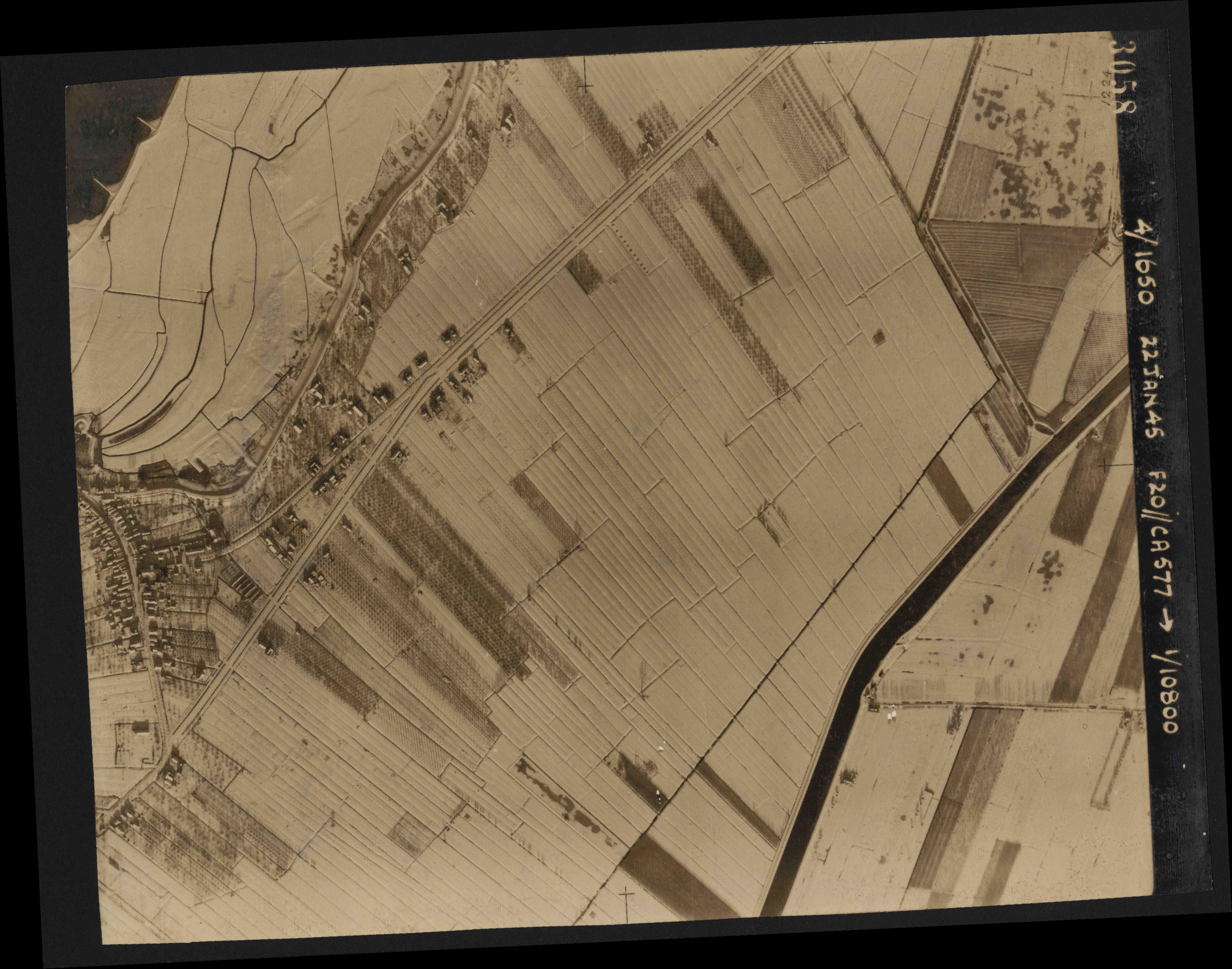 Collection RAF aerial photos 1940-1945 - flight 098, run 06, photo 3058