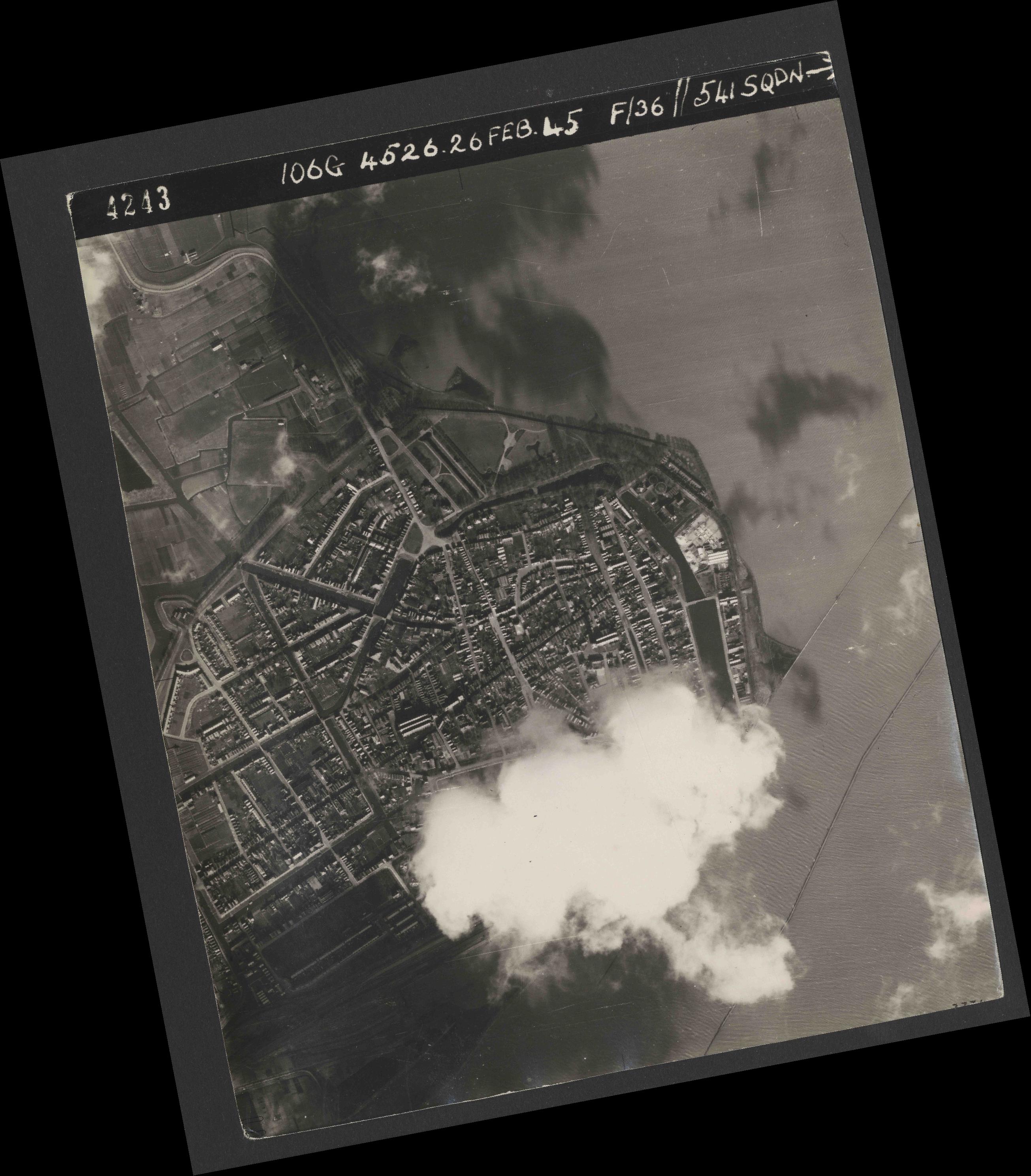 Collection RAF aerial photos 1940-1945 - flight 101, run 02, photo 4243