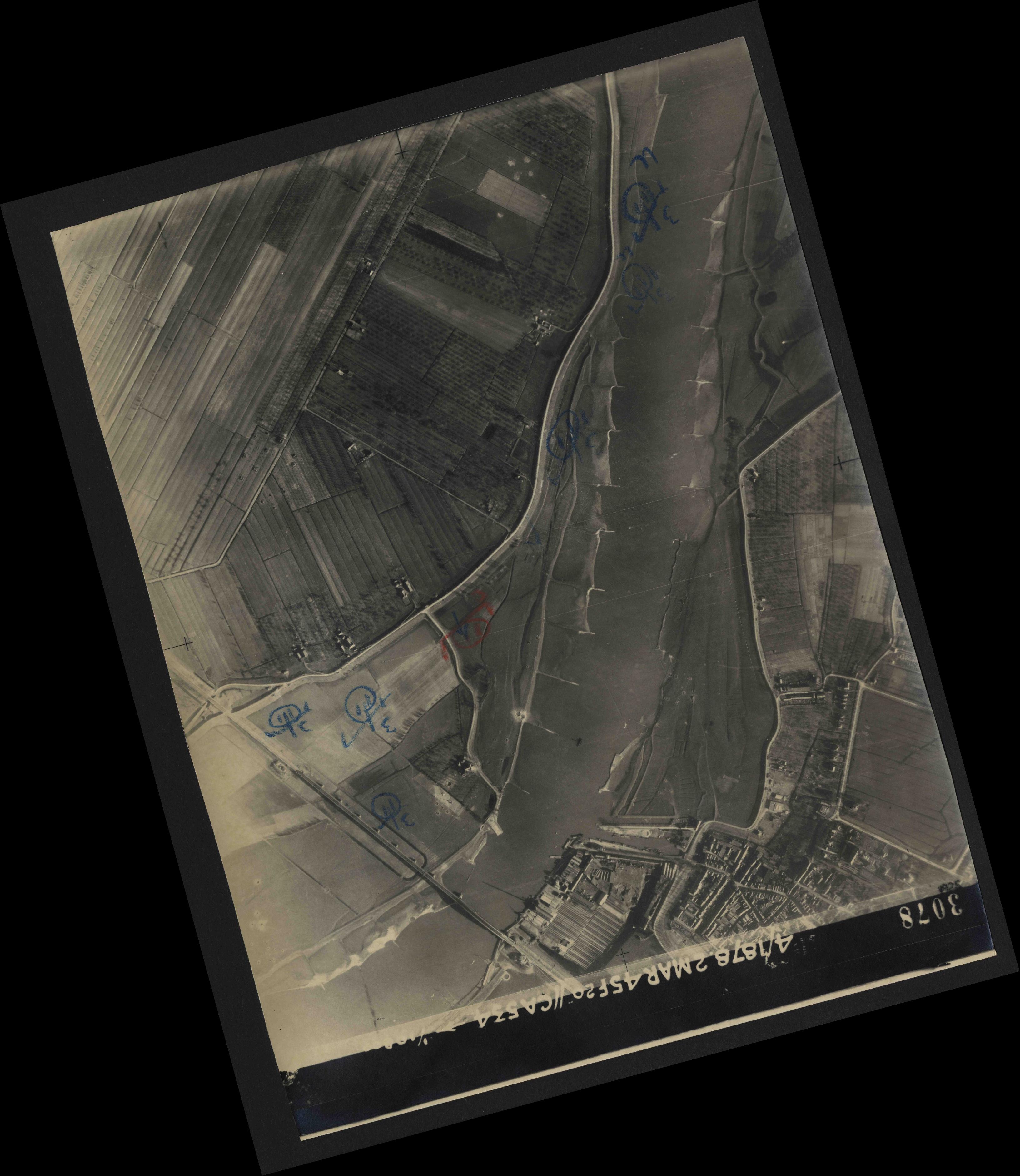 Collection RAF aerial photos 1940-1945 - flight 102, run 10, photo 3078