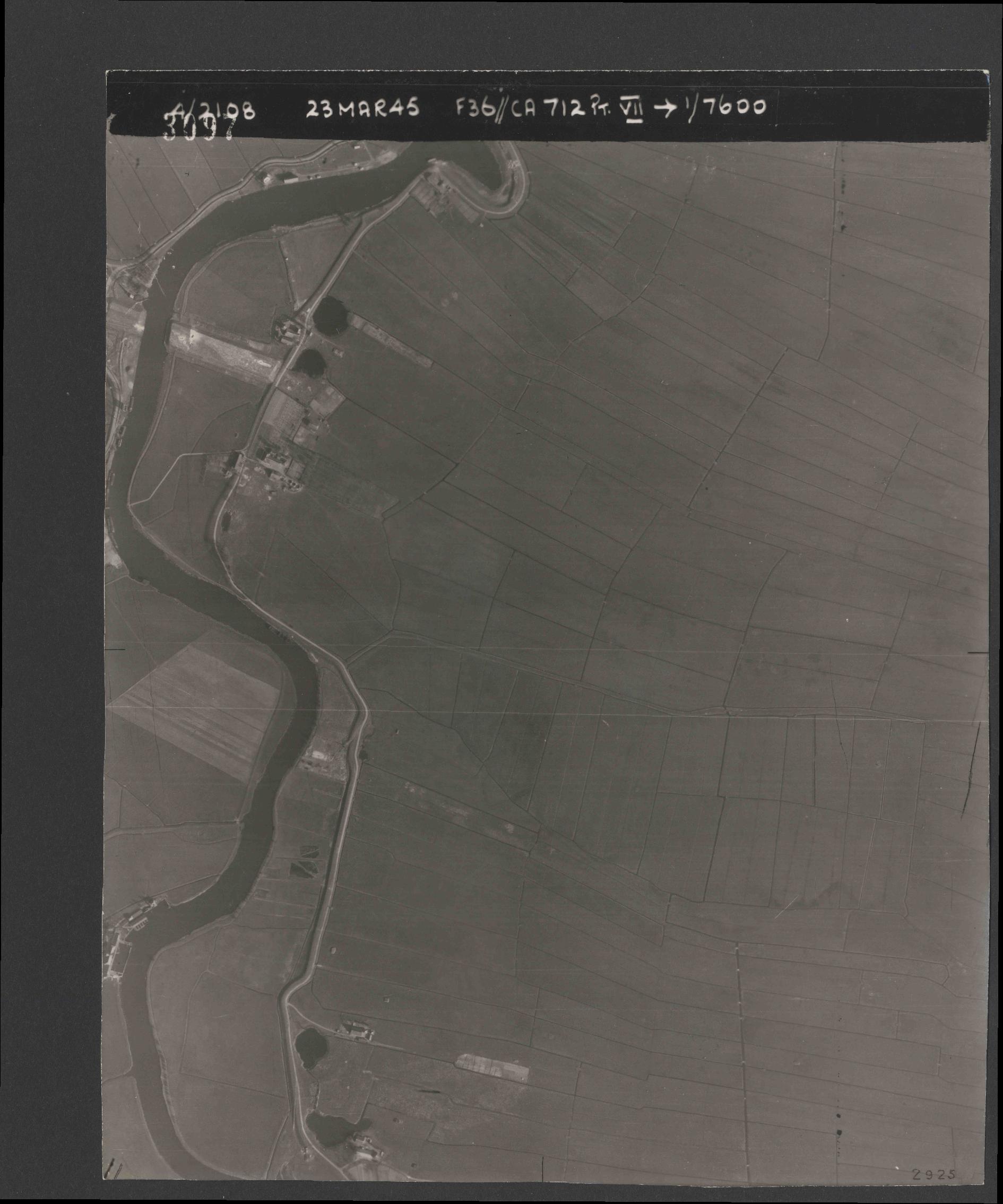 Collection RAF aerial photos 1940-1945 - flight 104, run 05, photo 3097
