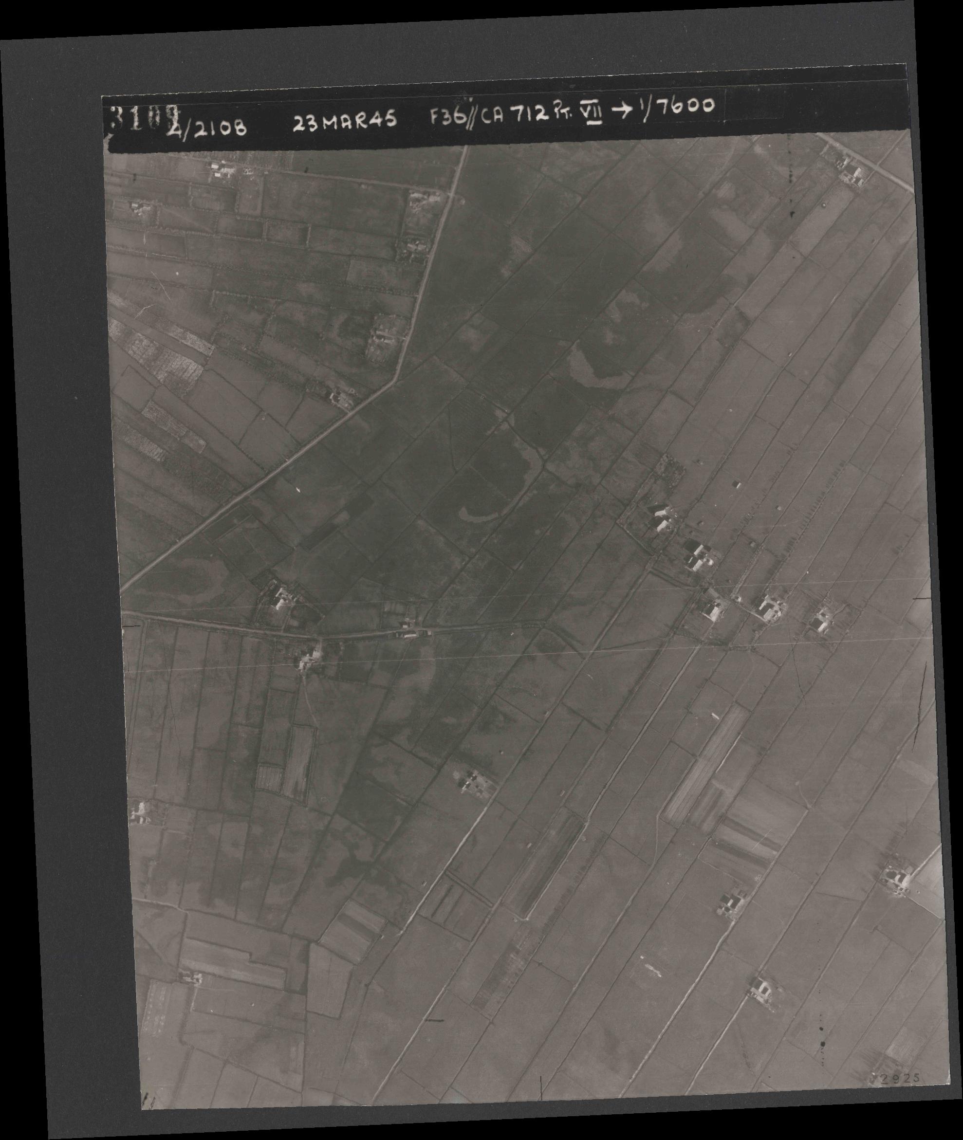 Collection RAF aerial photos 1940-1945 - flight 104, run 05, photo 3109