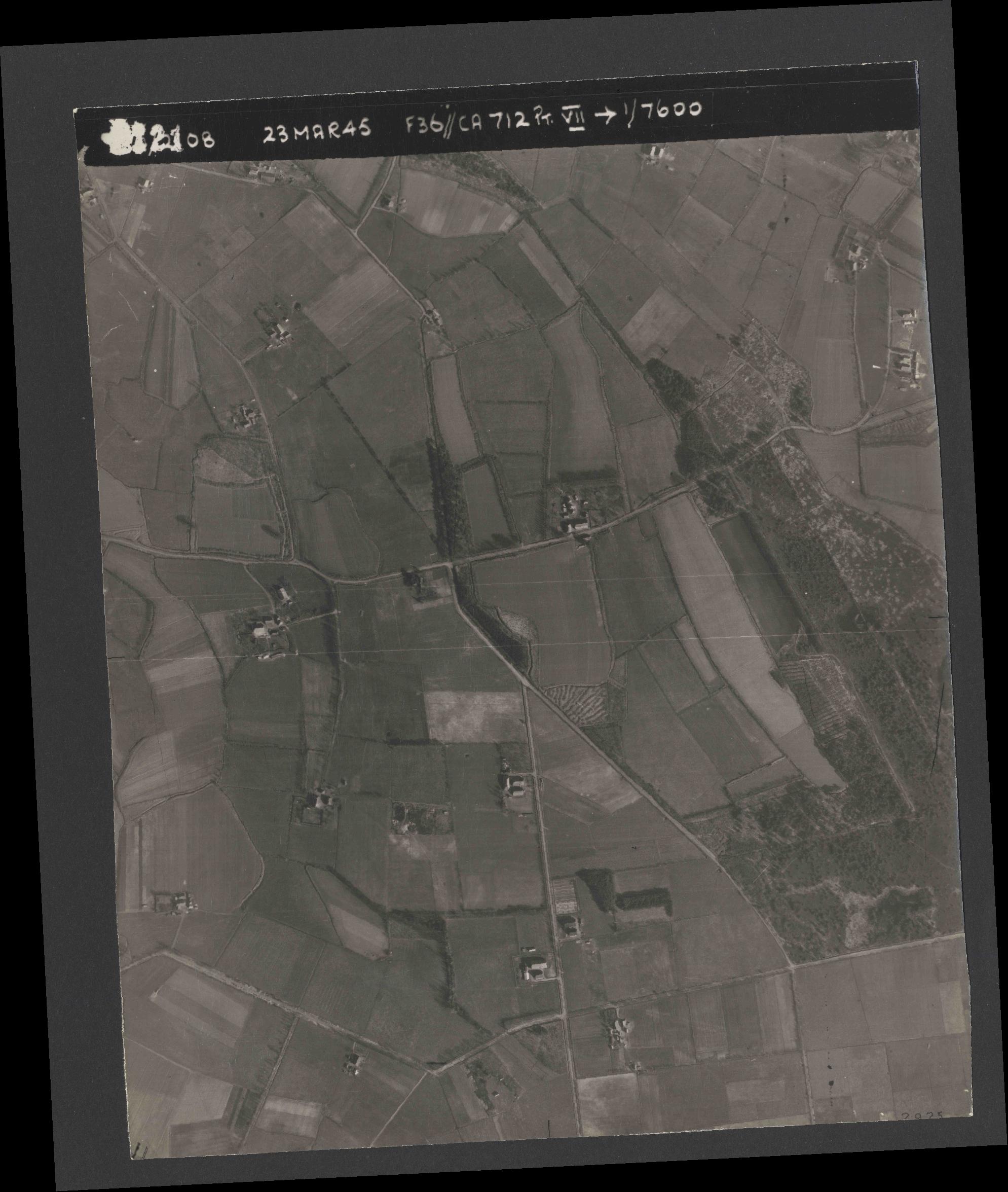 Collection RAF aerial photos 1940-1945 - flight 104, run 05, photo 3121