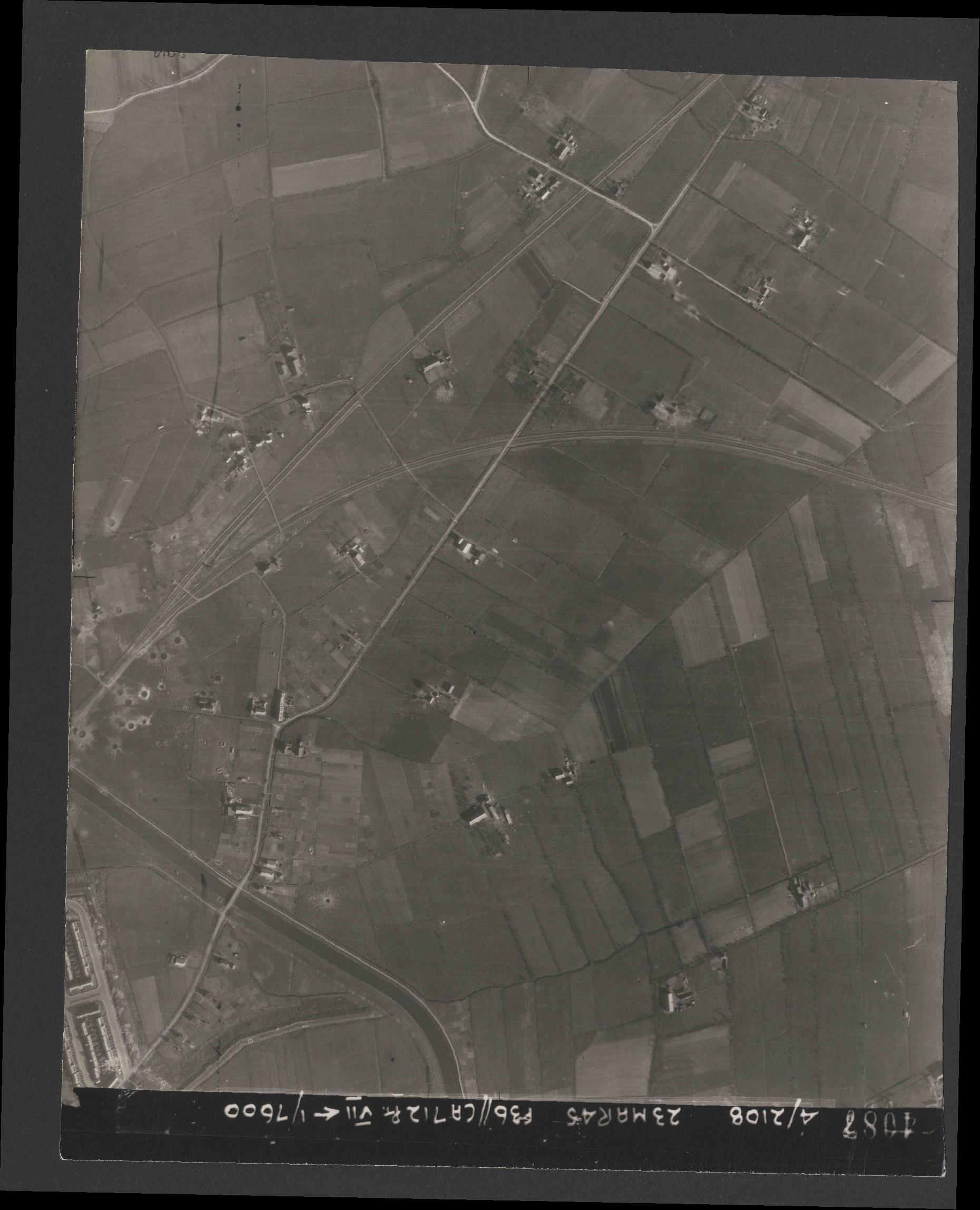 Collection RAF aerial photos 1940-1945 - flight 104, run 10, photo 4087