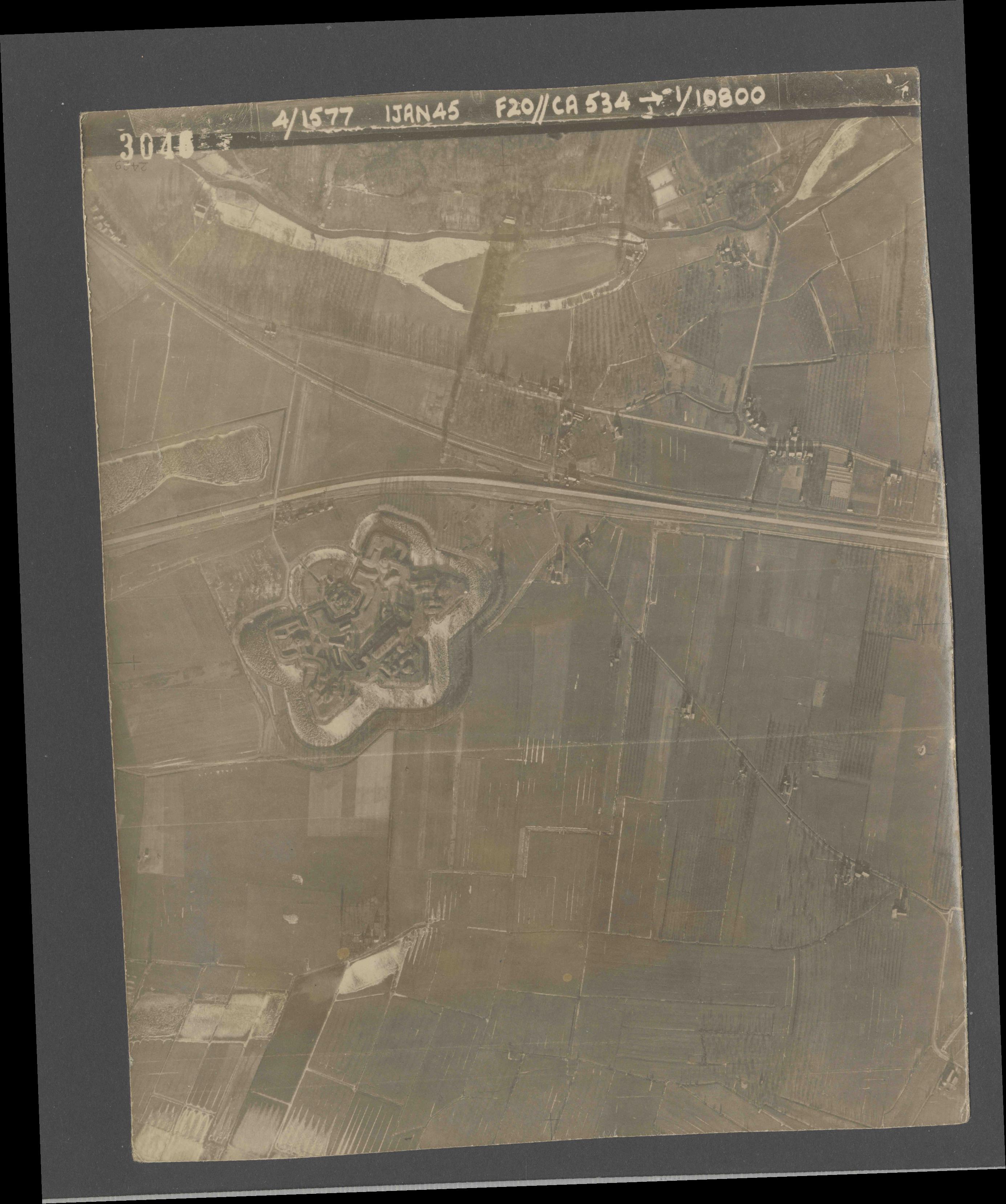 Collection RAF aerial photos 1940-1945 - flight 105, run 03, photo 3046