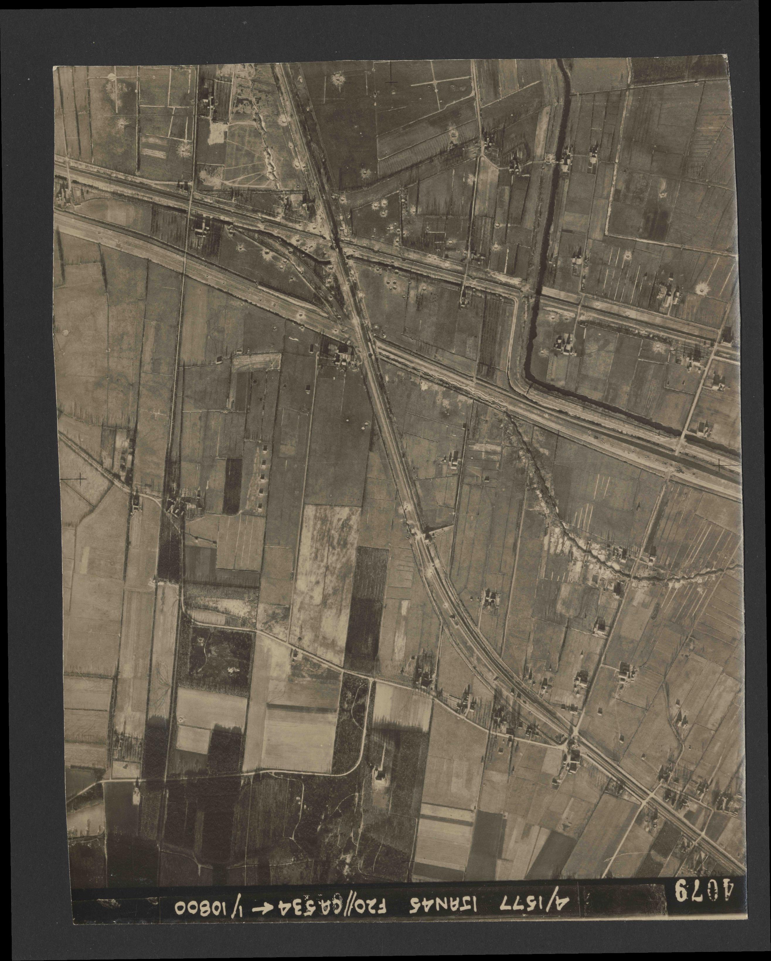Collection RAF aerial photos 1940-1945 - flight 105, run 06, photo 4079