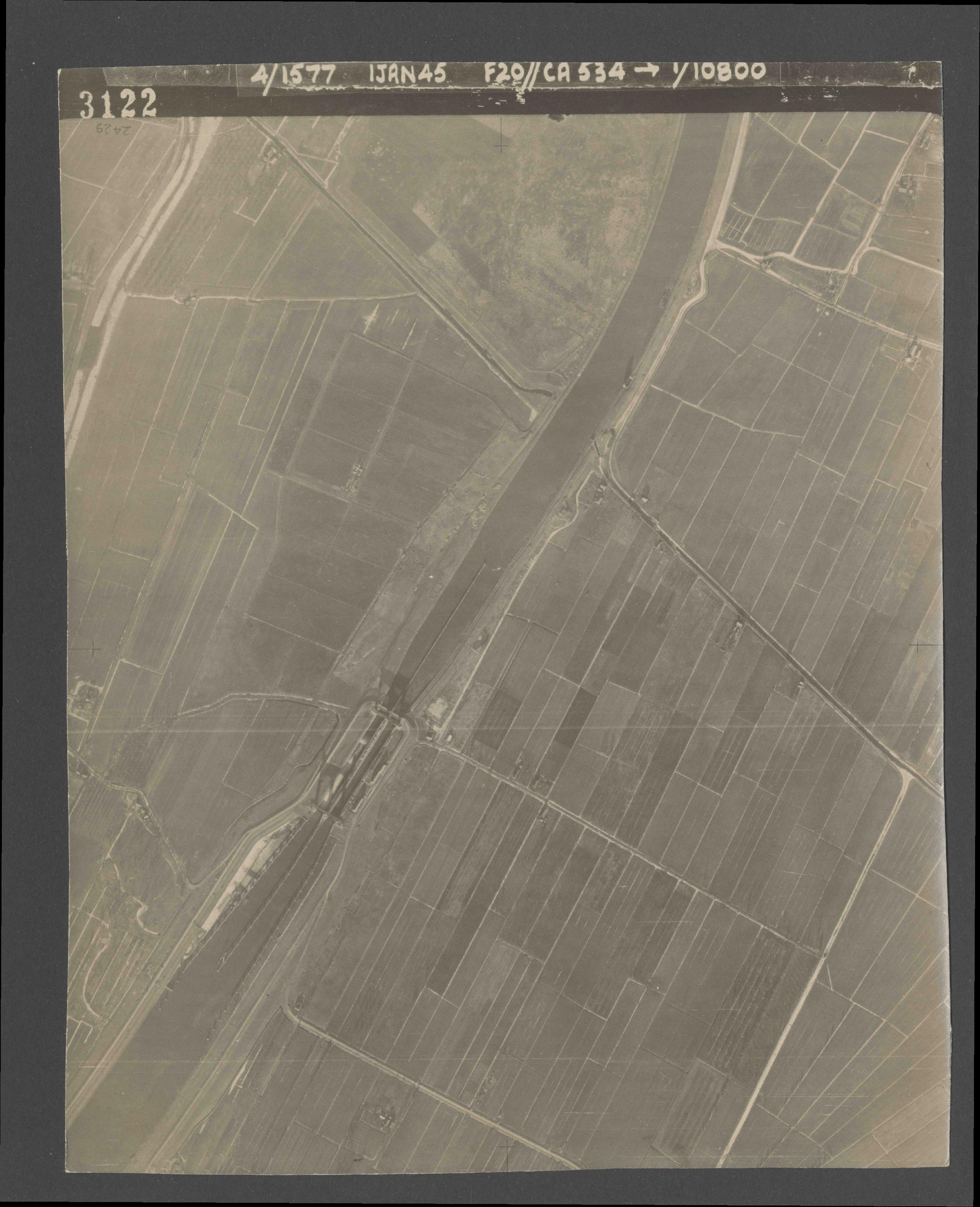 Collection RAF aerial photos 1940-1945 - flight 105, run 07, photo 3122