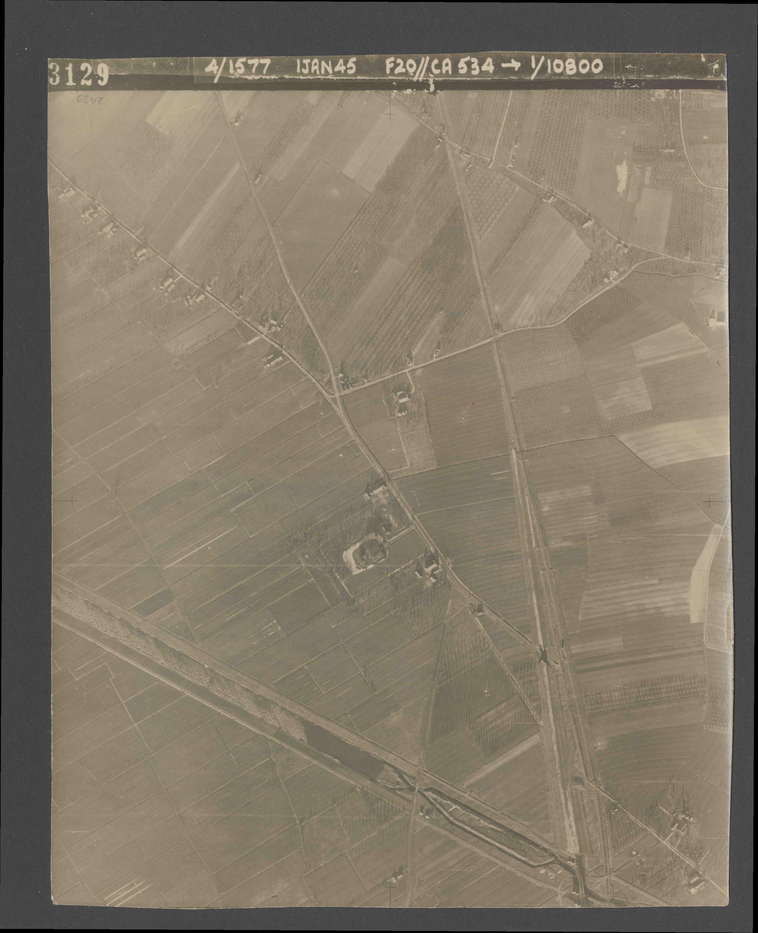 Collection RAF aerial photos 1940-1945 - flight 105, run 07, photo 3129