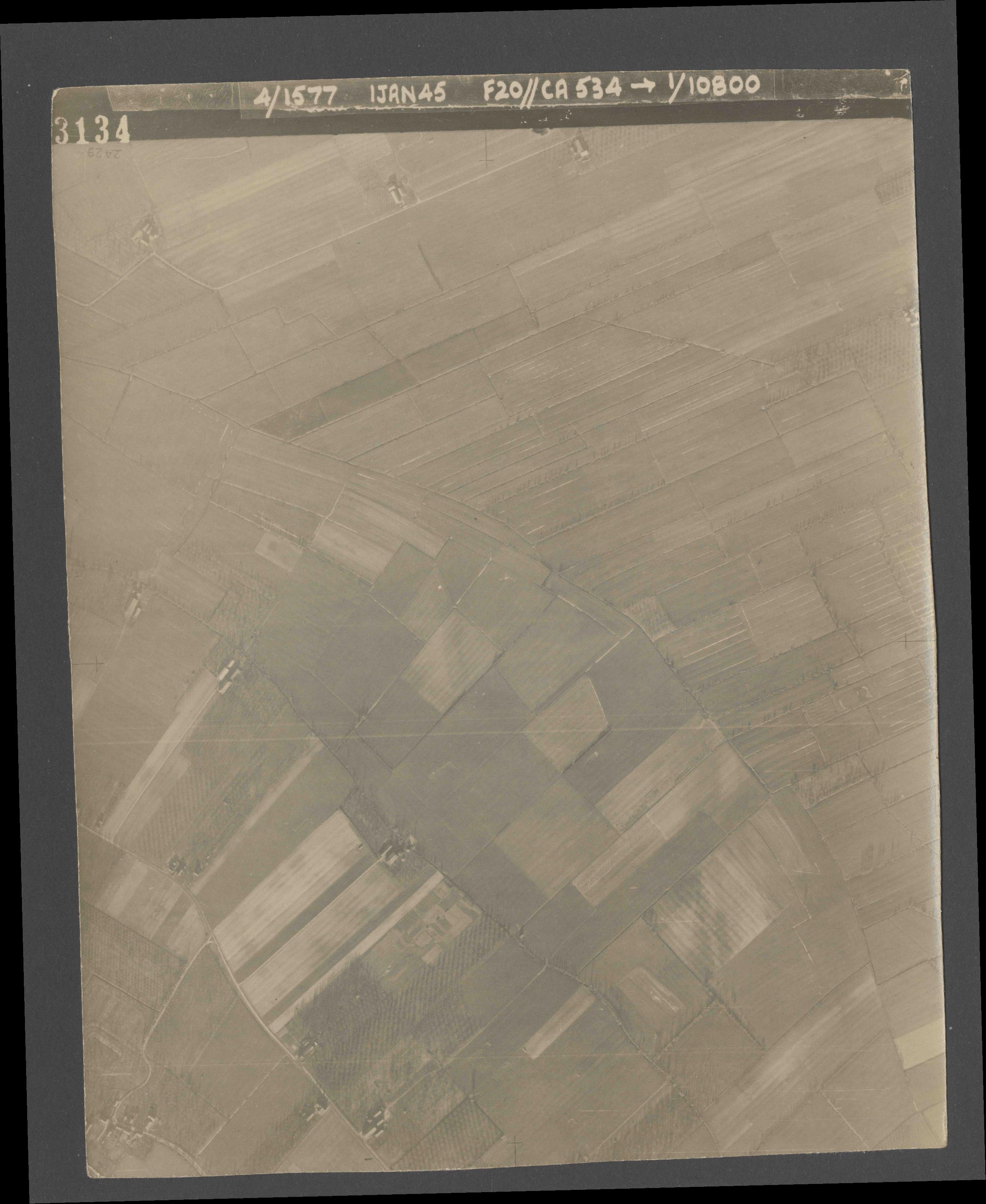 Collection RAF aerial photos 1940-1945 - flight 105, run 07, photo 3134