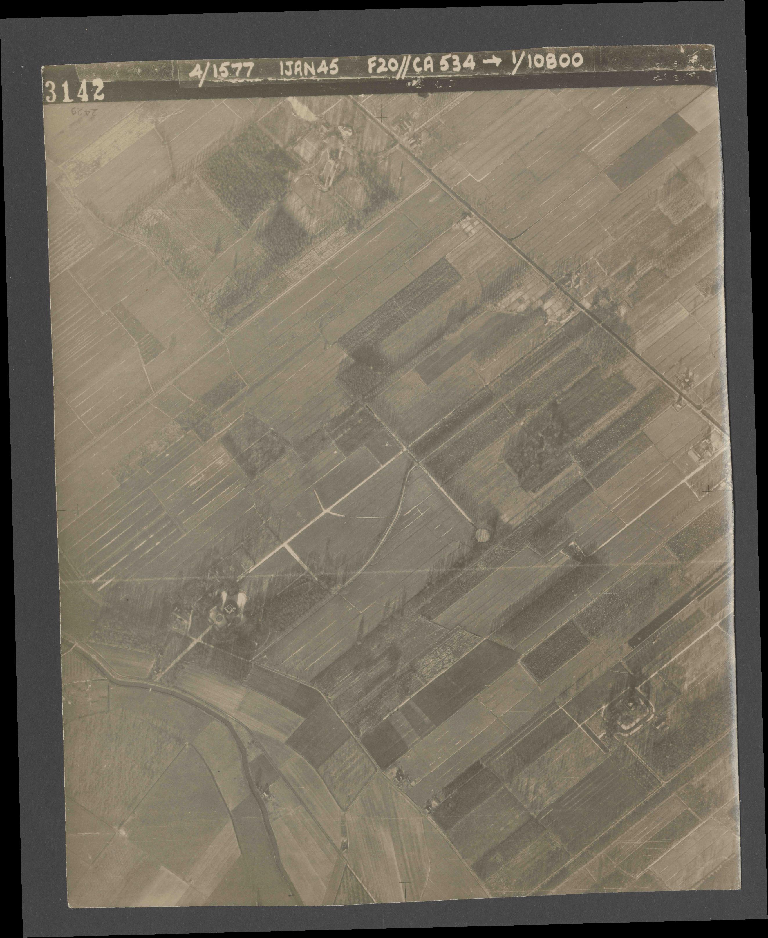 Collection RAF aerial photos 1940-1945 - flight 105, run 07, photo 3142