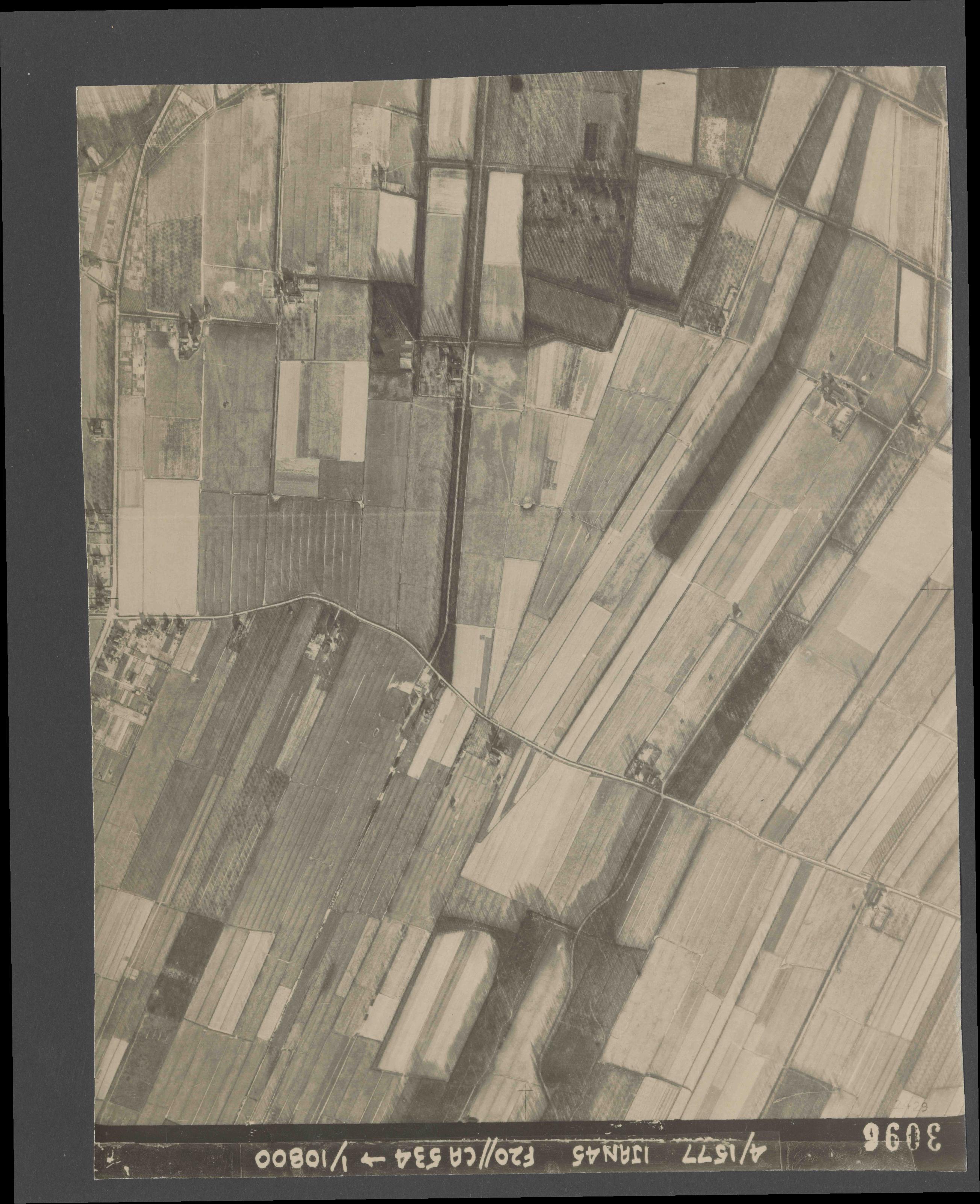 Collection RAF aerial photos 1940-1945 - flight 105, run 09, photo 3096