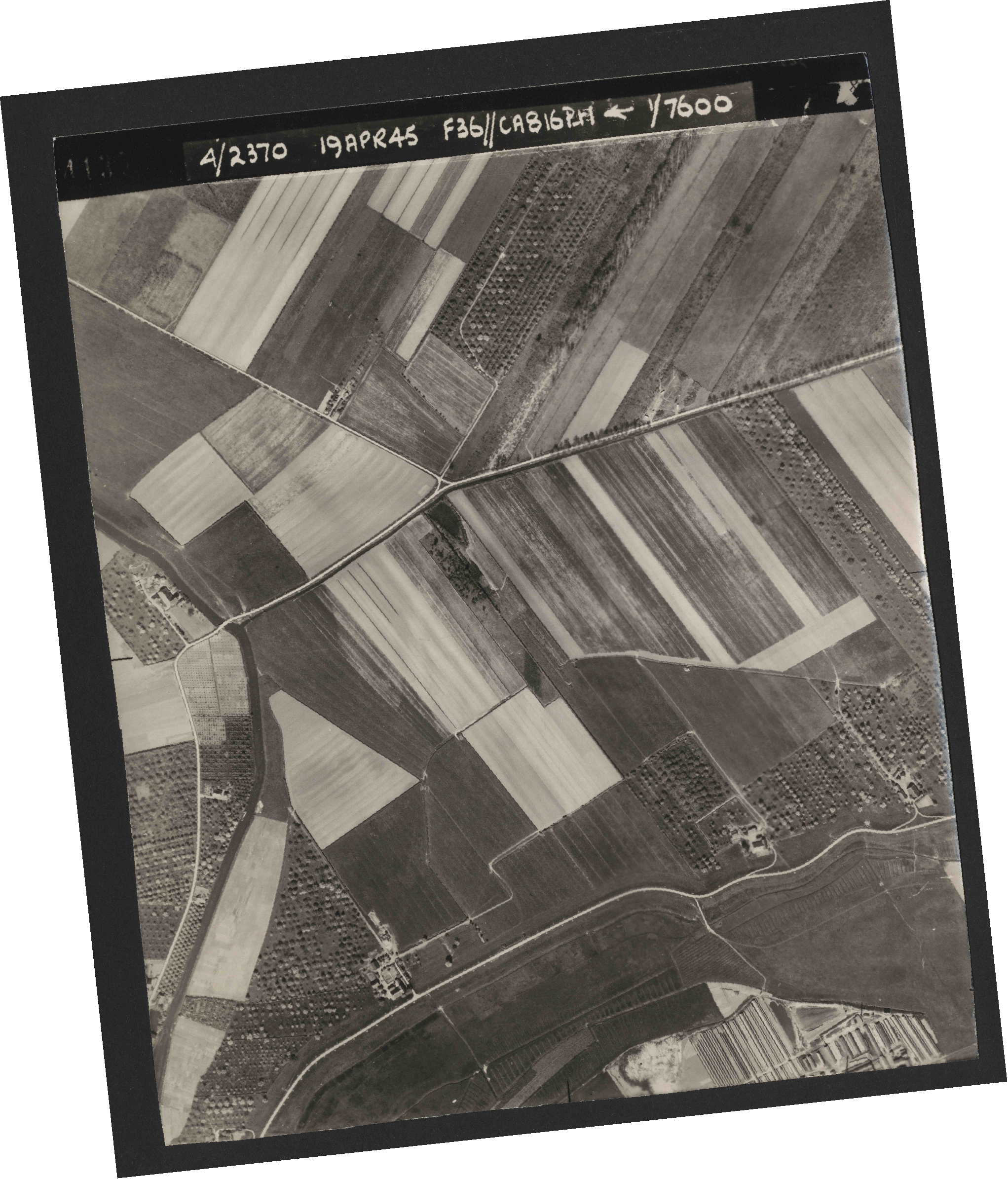 Collection RAF aerial photos 1940-1945 - flight 109, run 01, photo 4135