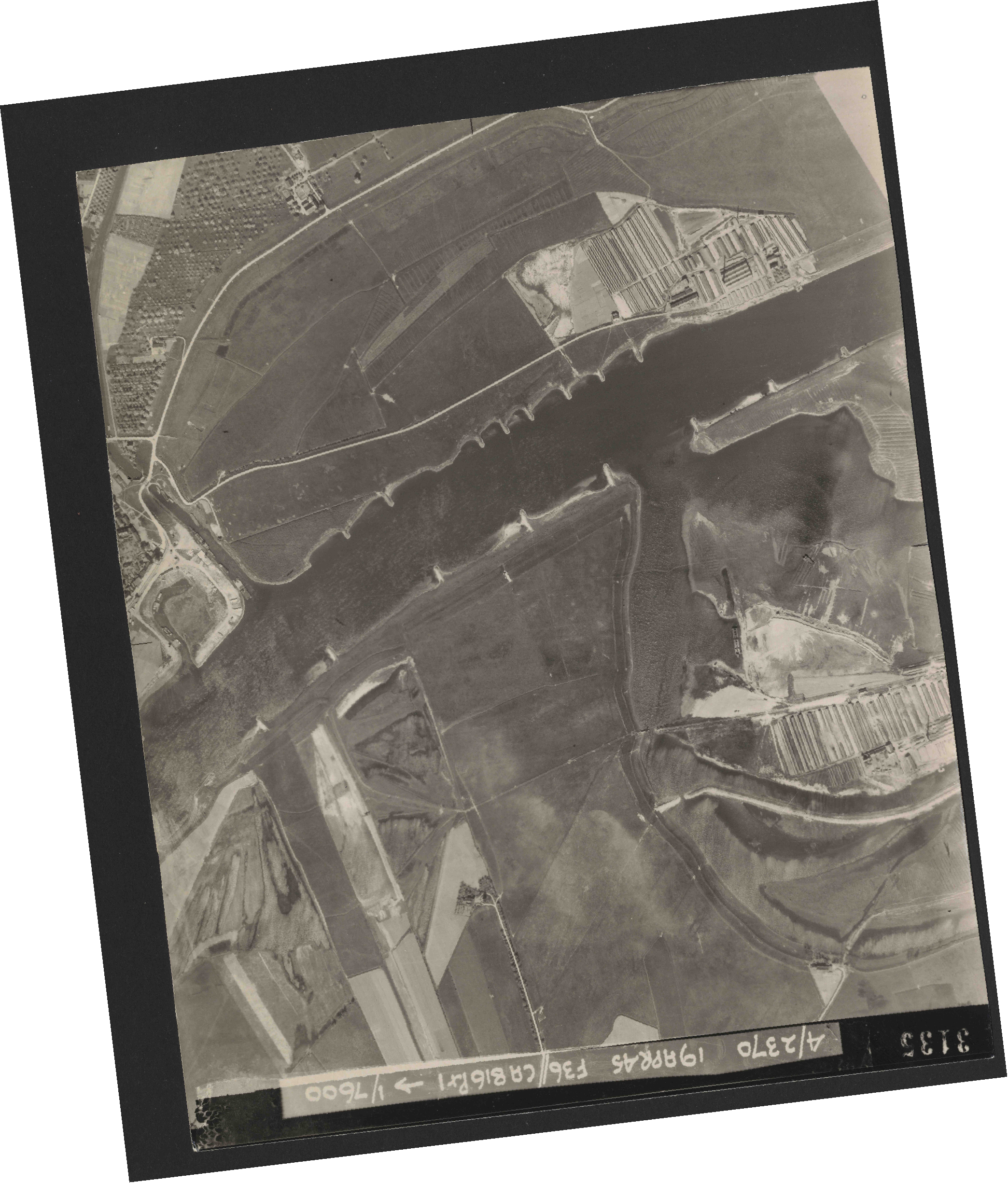 Collection RAF aerial photos 1940-1945 - flight 109, run 04, photo 3135