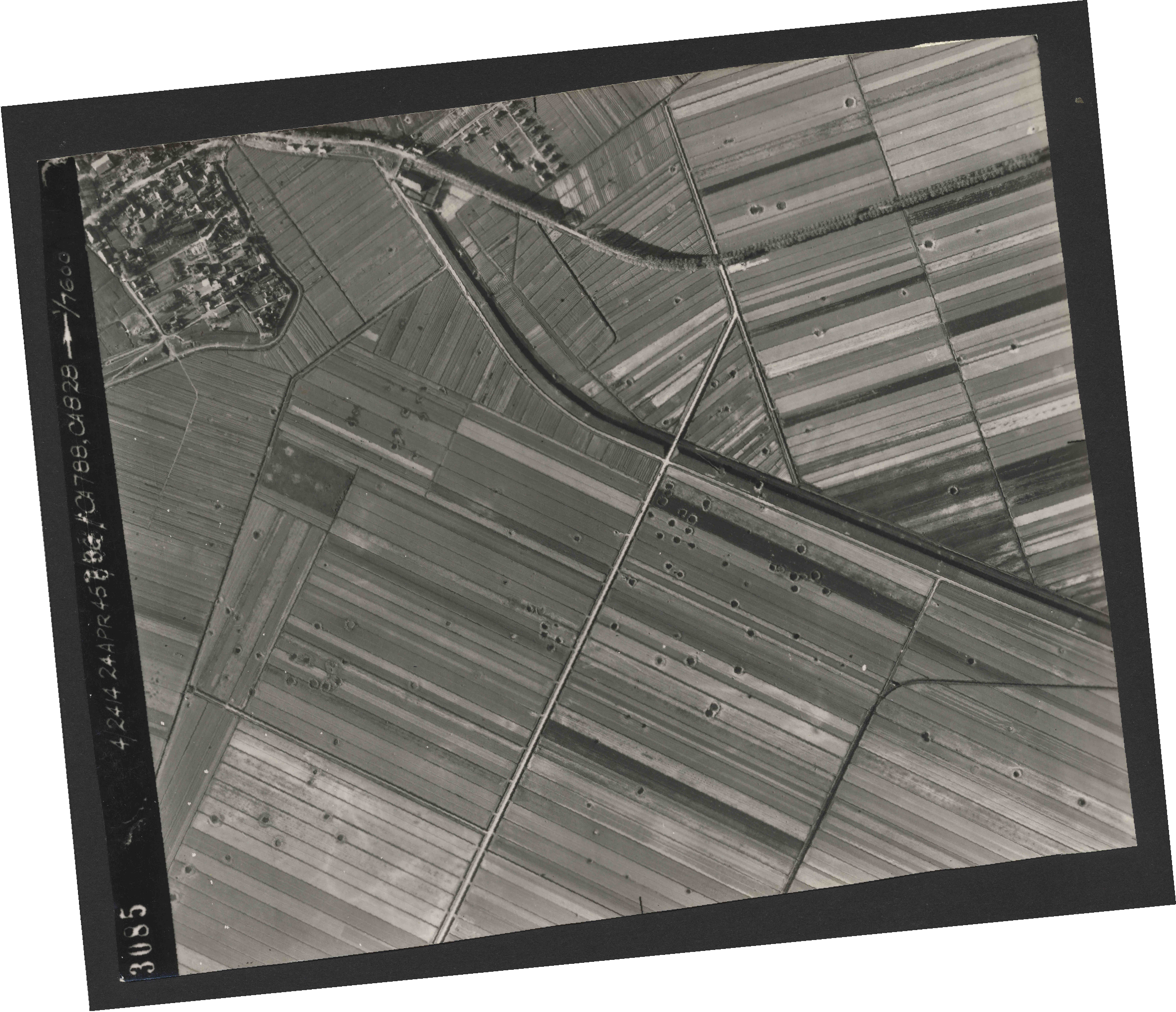 Collection RAF aerial photos 1940-1945 - flight 111, run 11, photo 3085