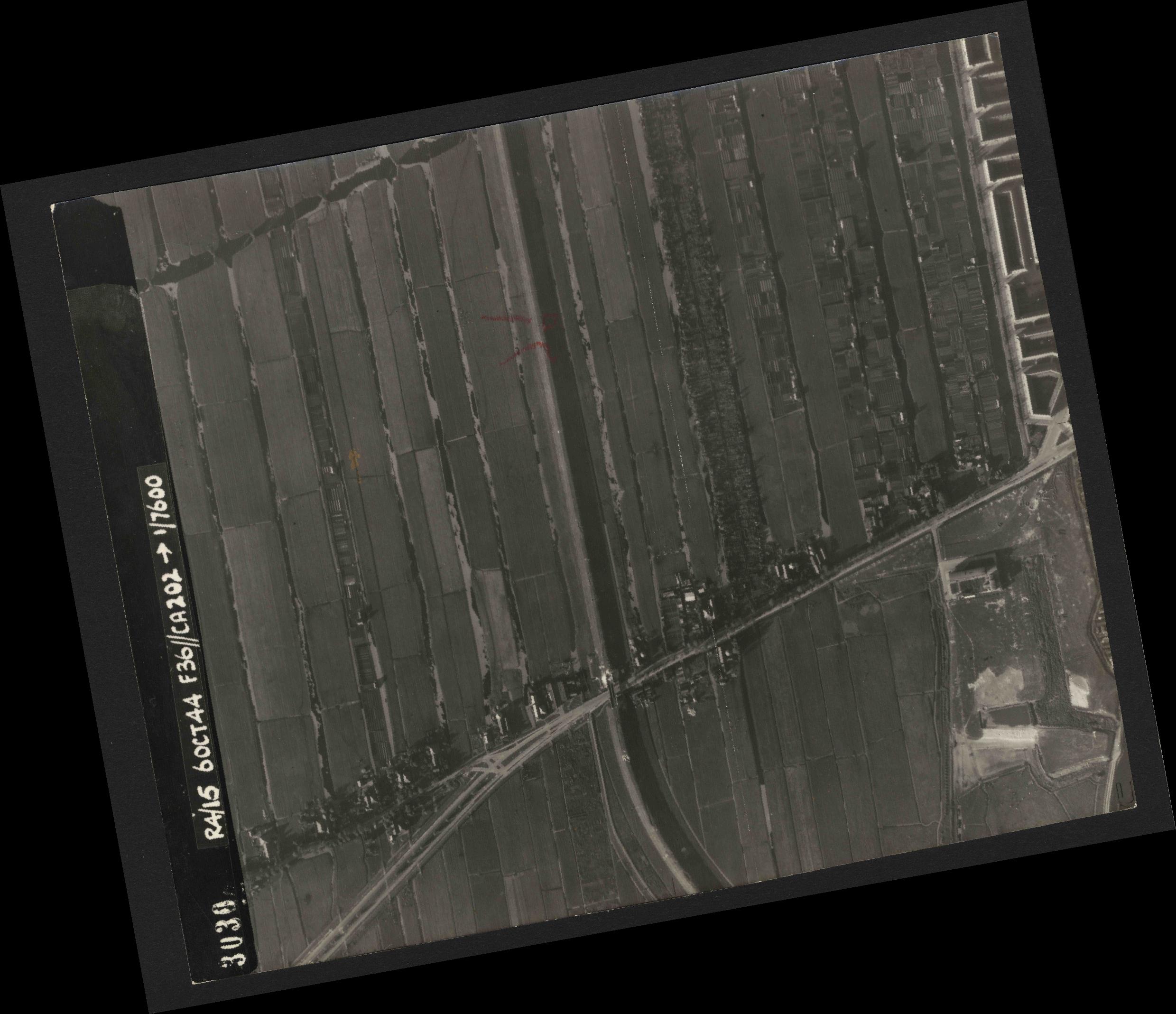 Collection RAF aerial photos 1940-1945 - flight 121, run 01, photo 3030