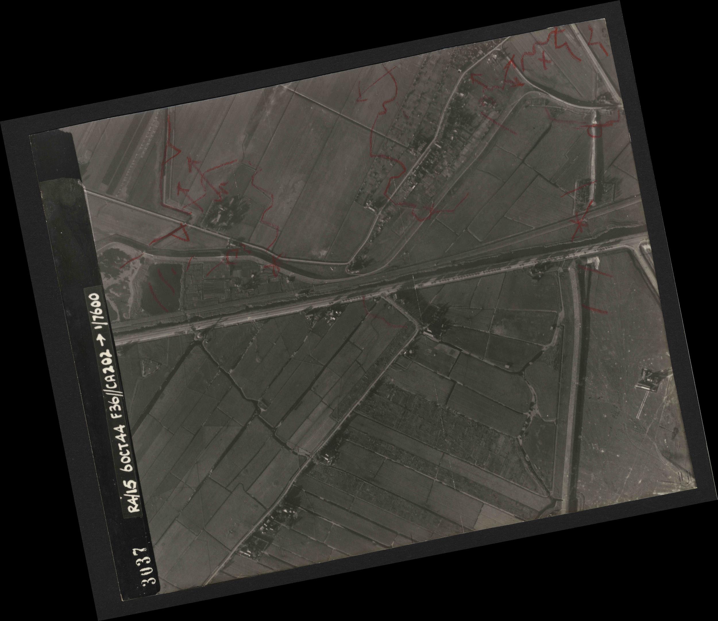 Collection RAF aerial photos 1940-1945 - flight 121, run 01, photo 3037