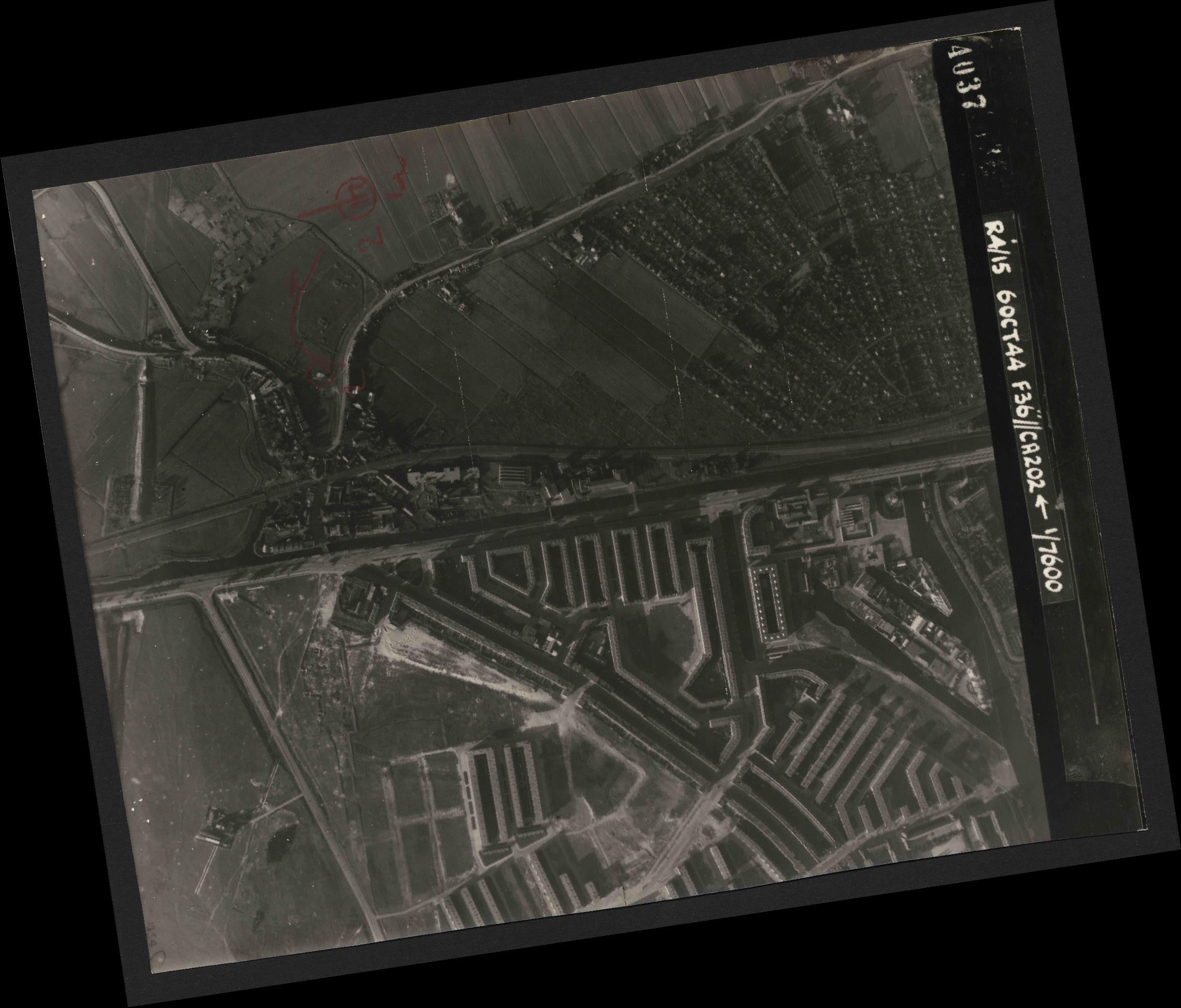 Collection RAF aerial photos 1940-1945 - flight 121, run 02, photo 4037