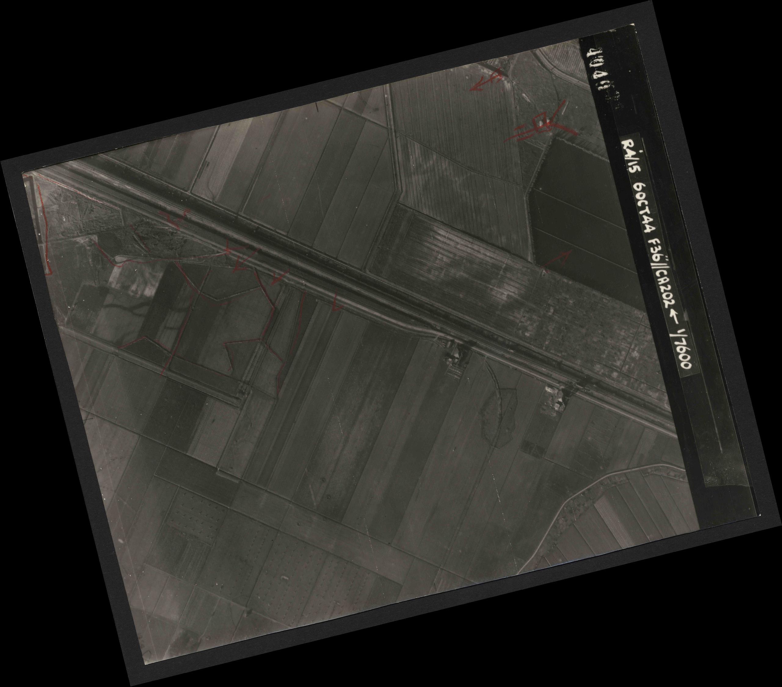 Collection RAF aerial photos 1940-1945 - flight 121, run 02, photo 4040