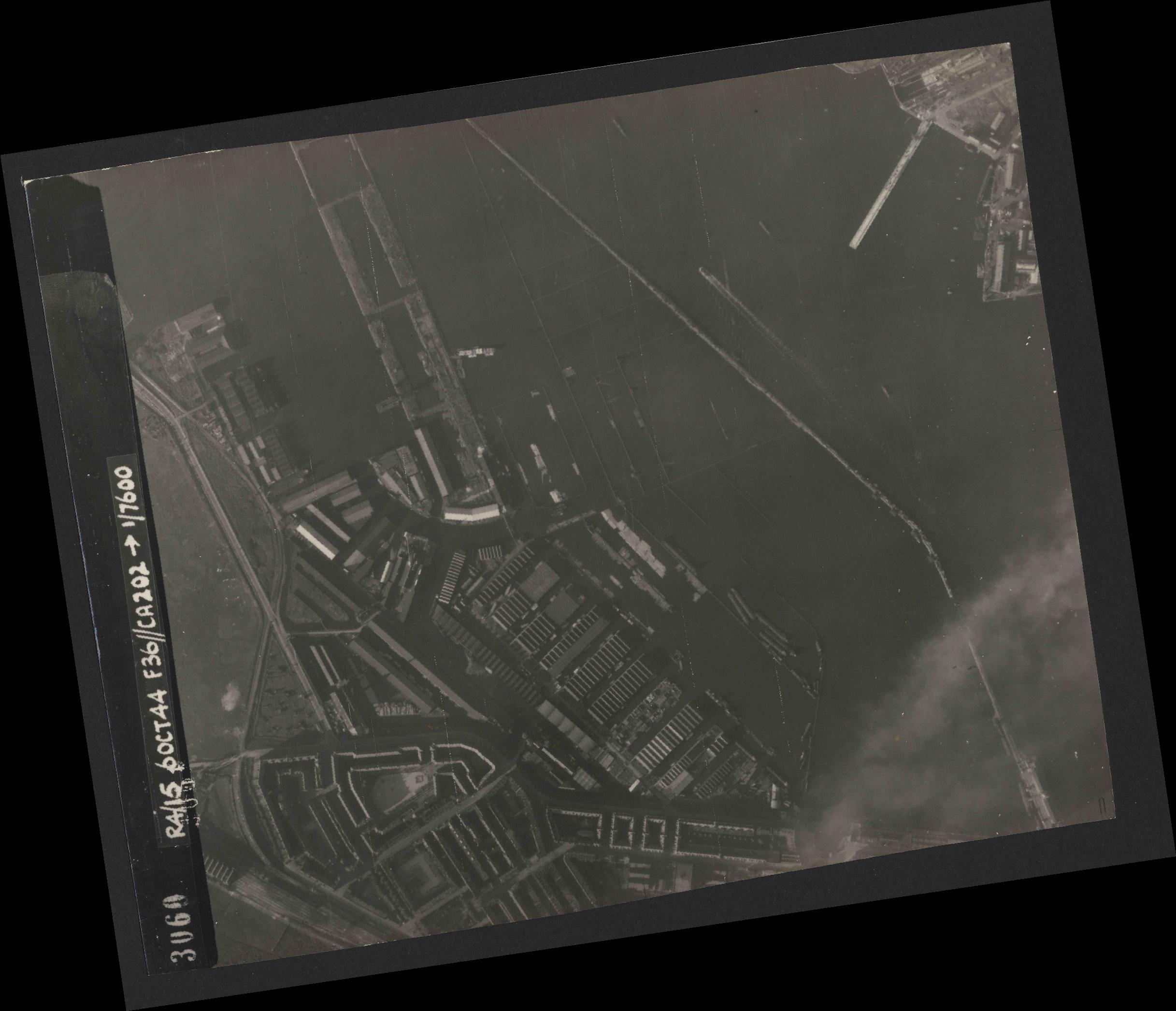Collection RAF aerial photos 1940-1945 - flight 121, run 04, photo 3060