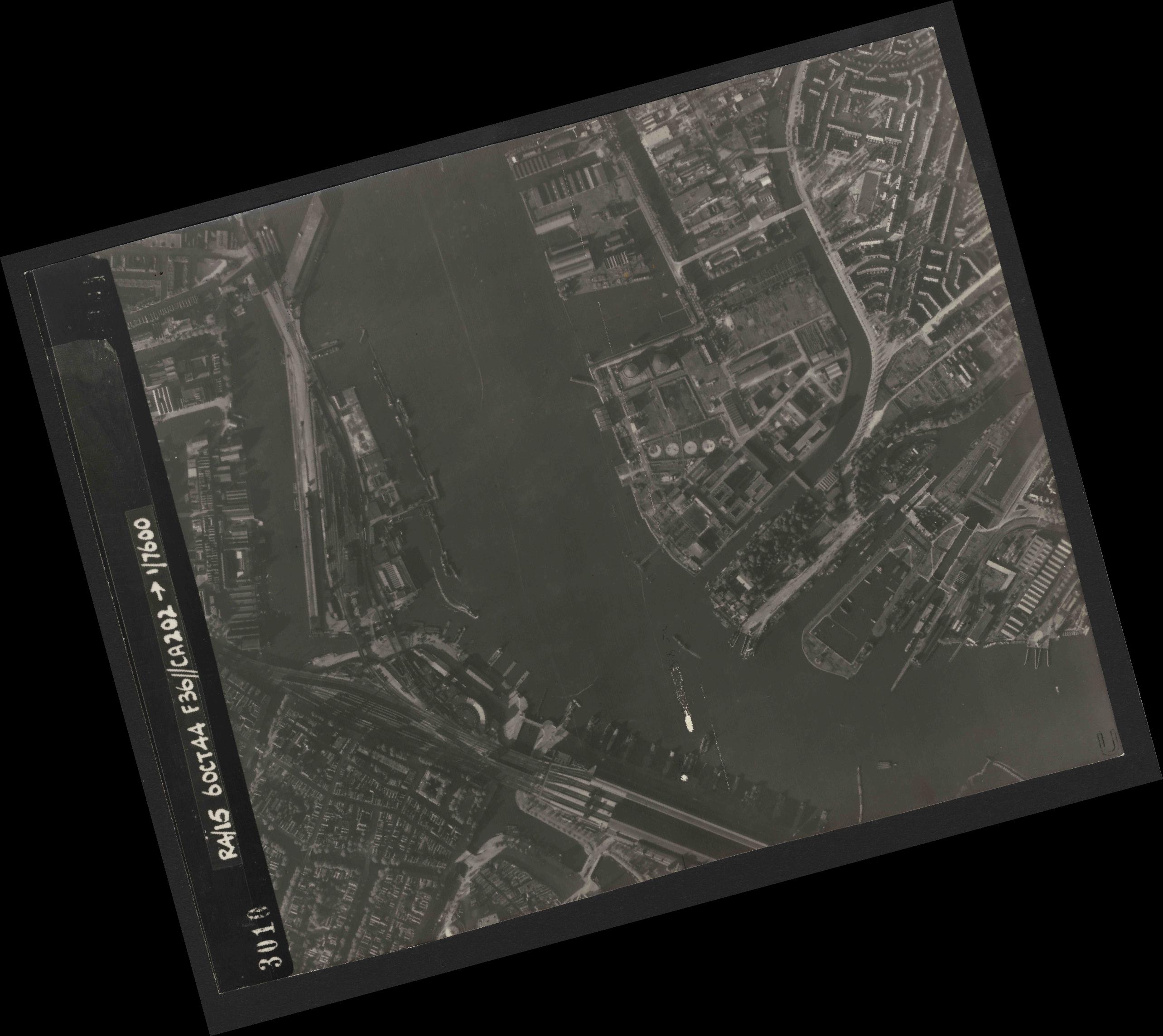 Collection RAF aerial photos 1940-1945 - flight 121, run 06, photo 3010