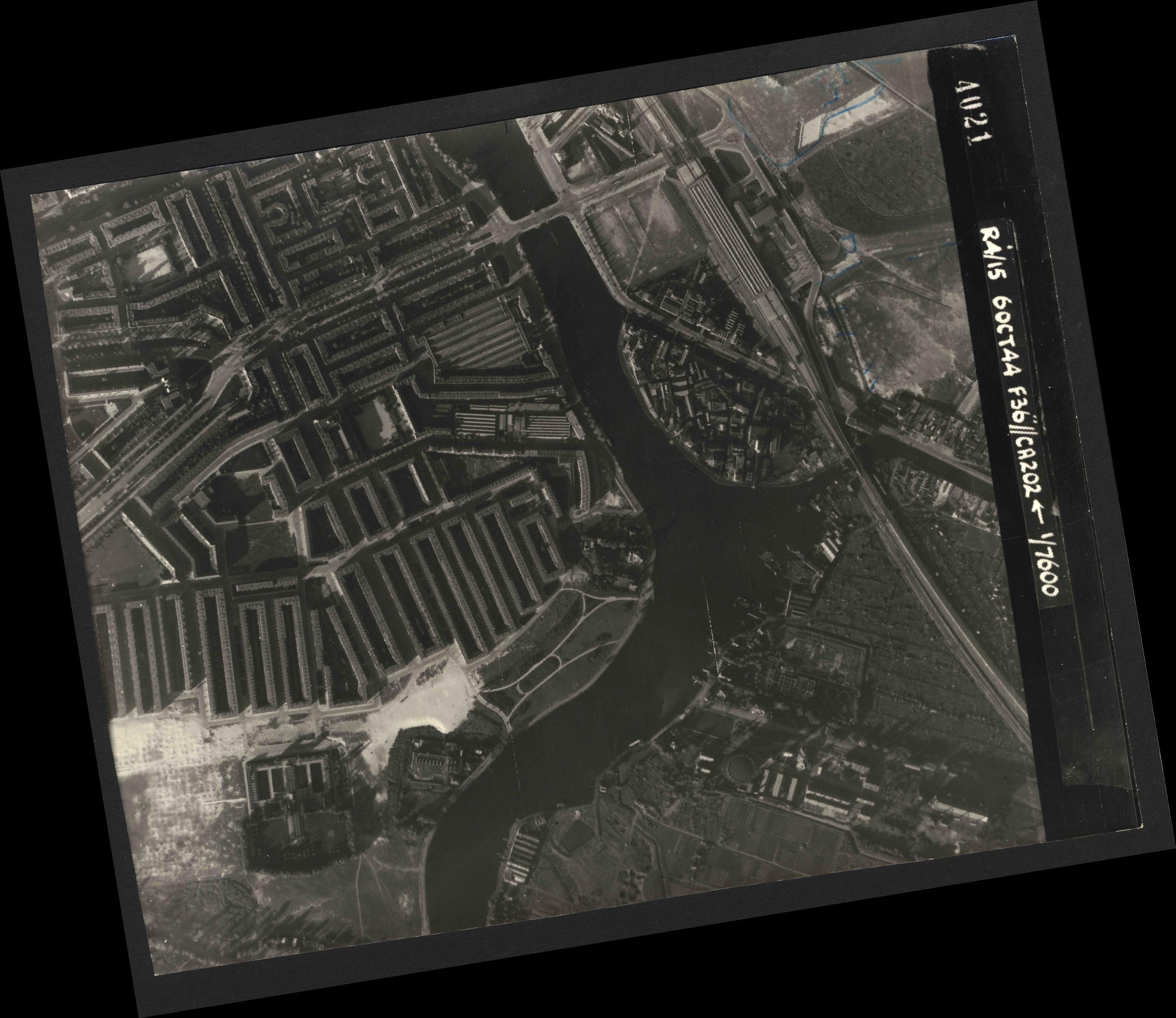 Collection RAF aerial photos 1940-1945 - flight 121, run 07, photo 4021
