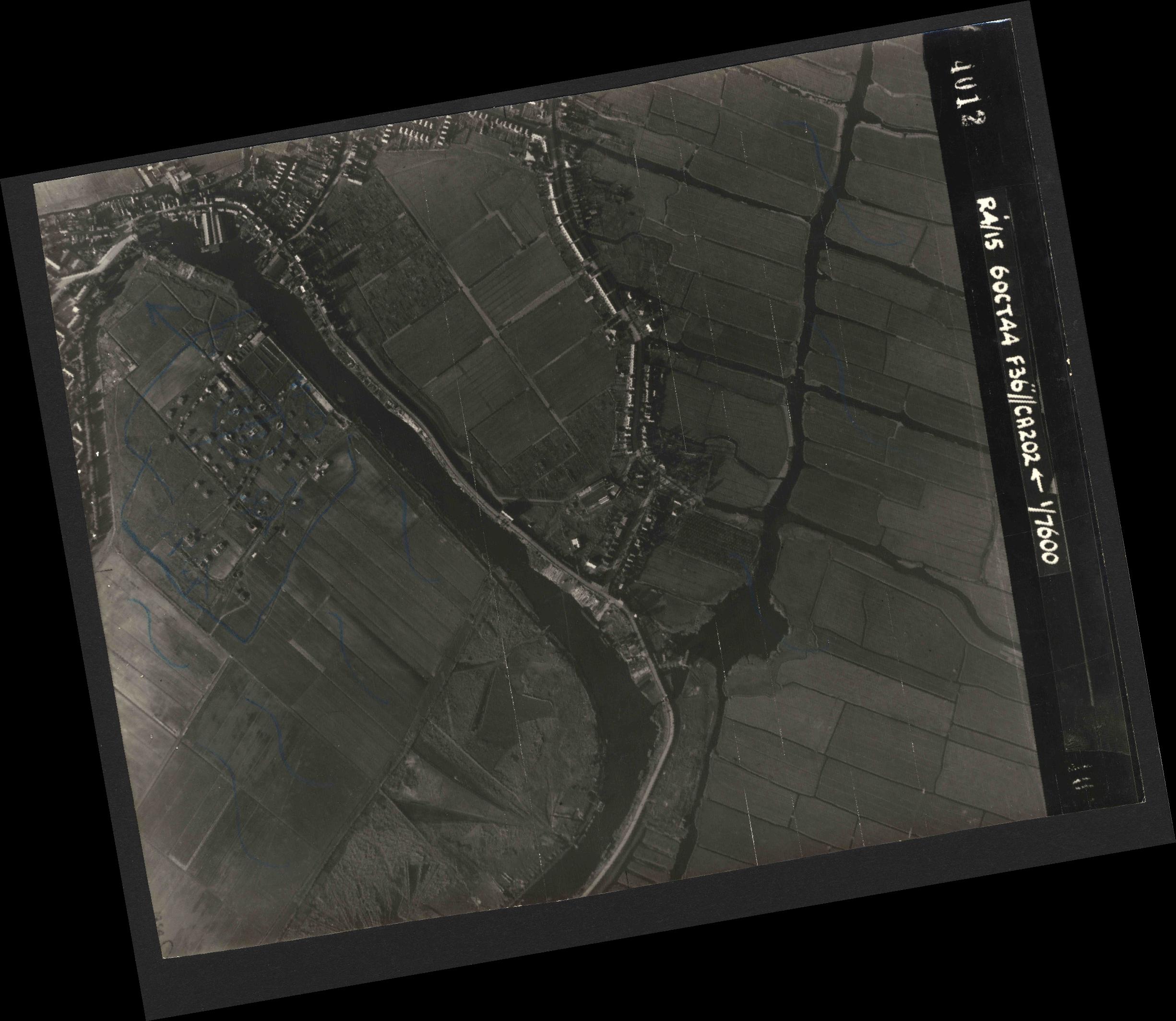 Collection RAF aerial photos 1940-1945 - flight 121, run 09, photo 4012
