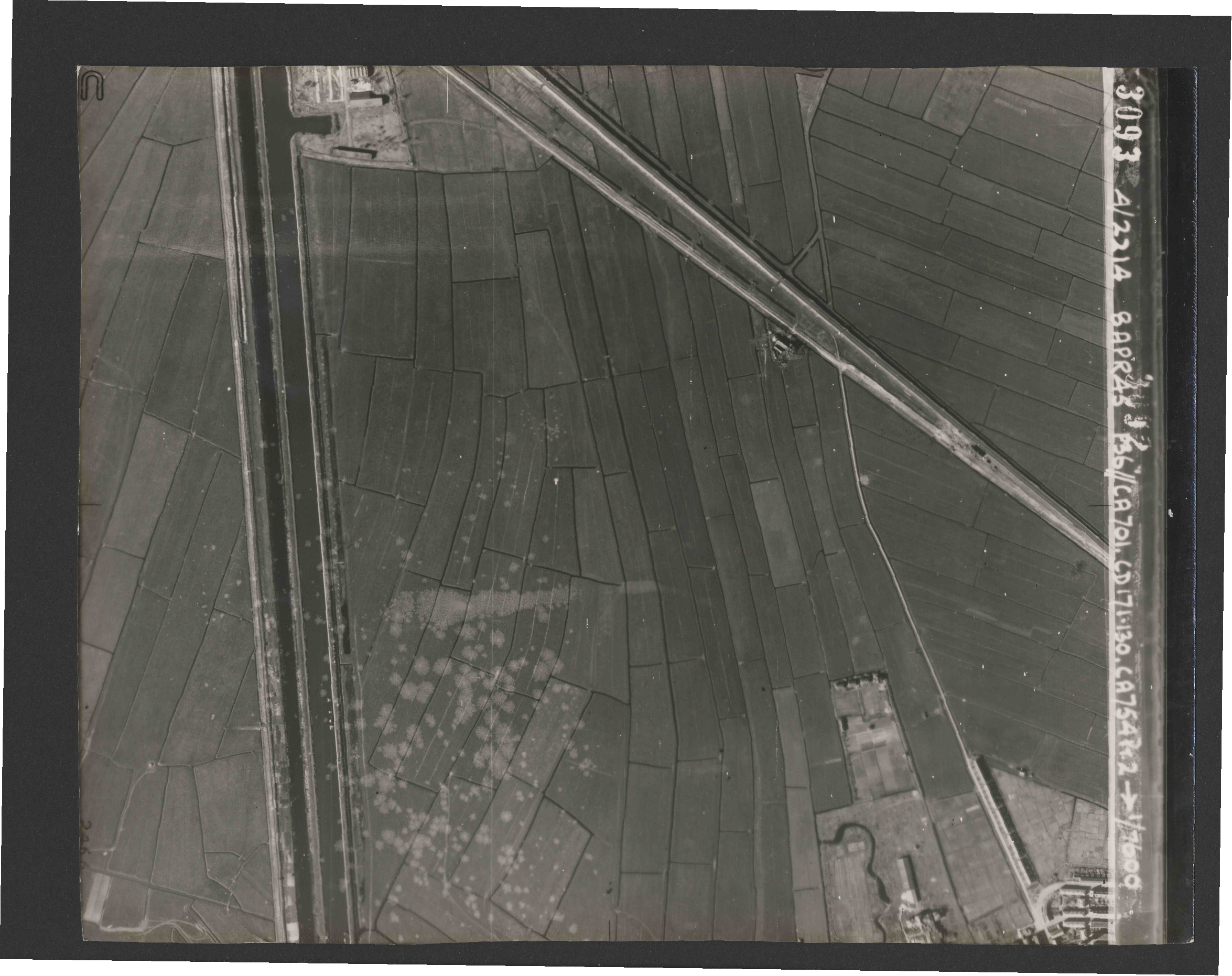 Collection RAF aerial photos 1940-1945 - flight 123, run 04, photo 3093