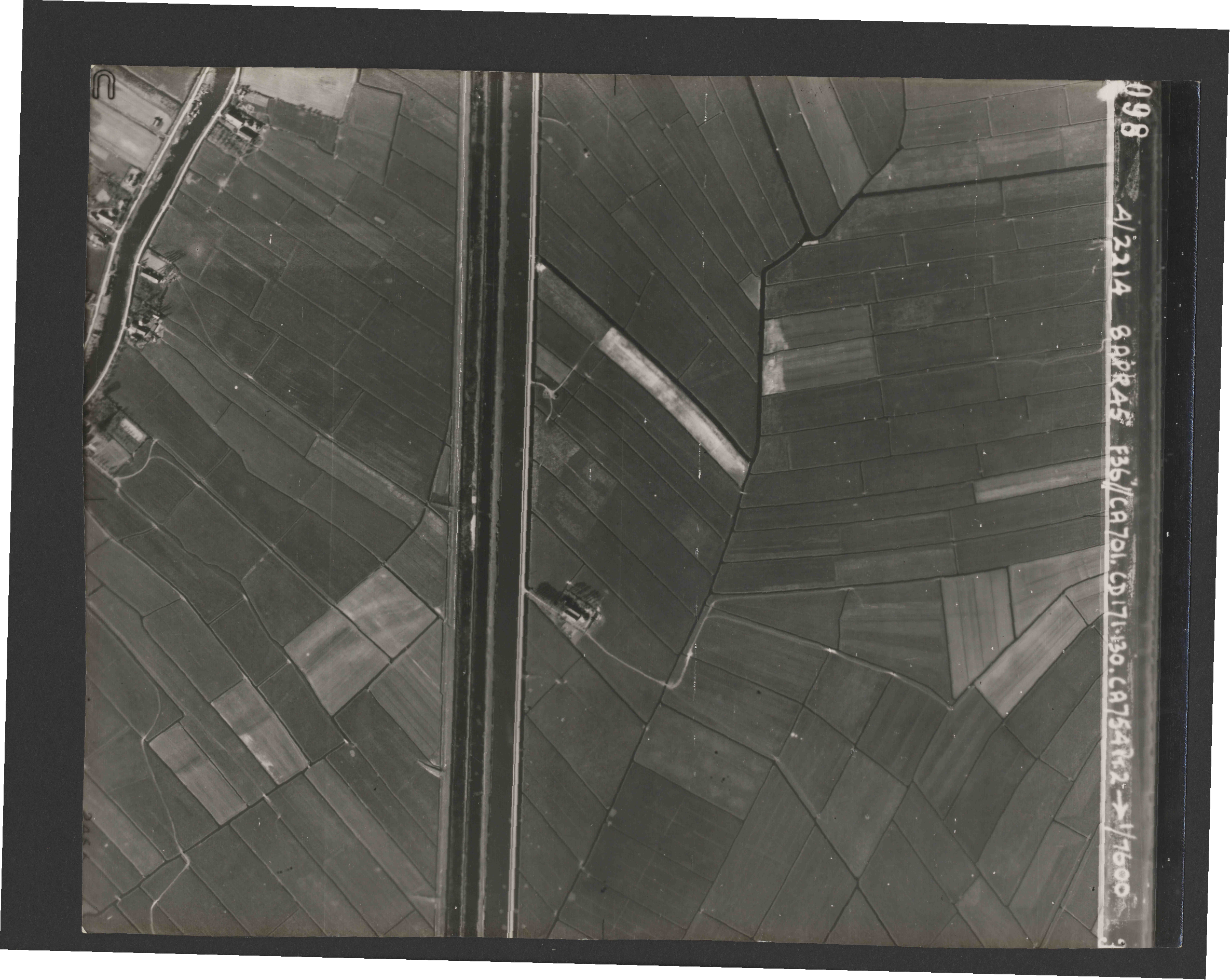 Collection RAF aerial photos 1940-1945 - flight 123, run 04, photo 3098