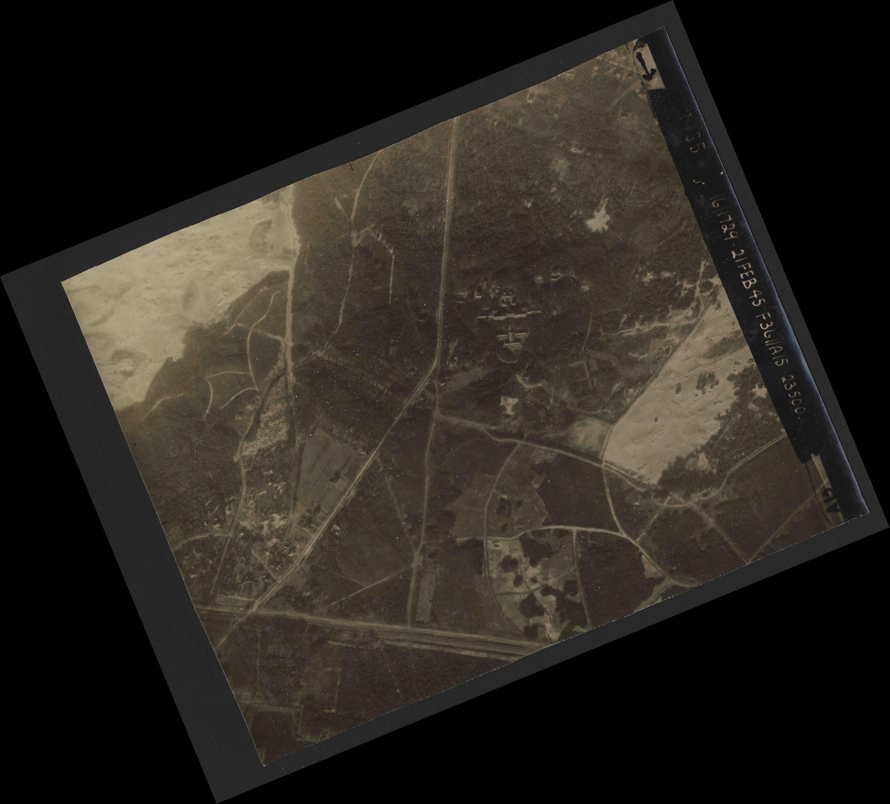 Collection RAF aerial photos 1940-1945 - flight 127, run 02, photo 3035
