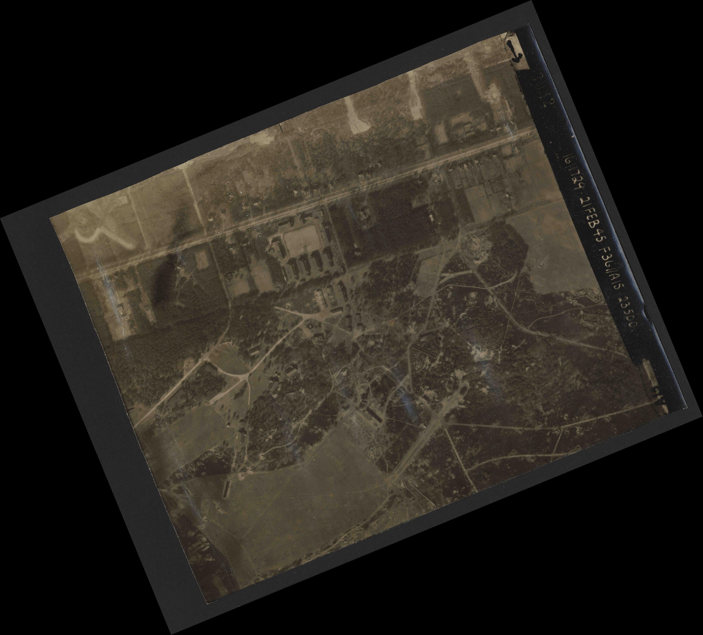 Collection RAF aerial photos 1940-1945 - flight 127, run 02, photo 3042