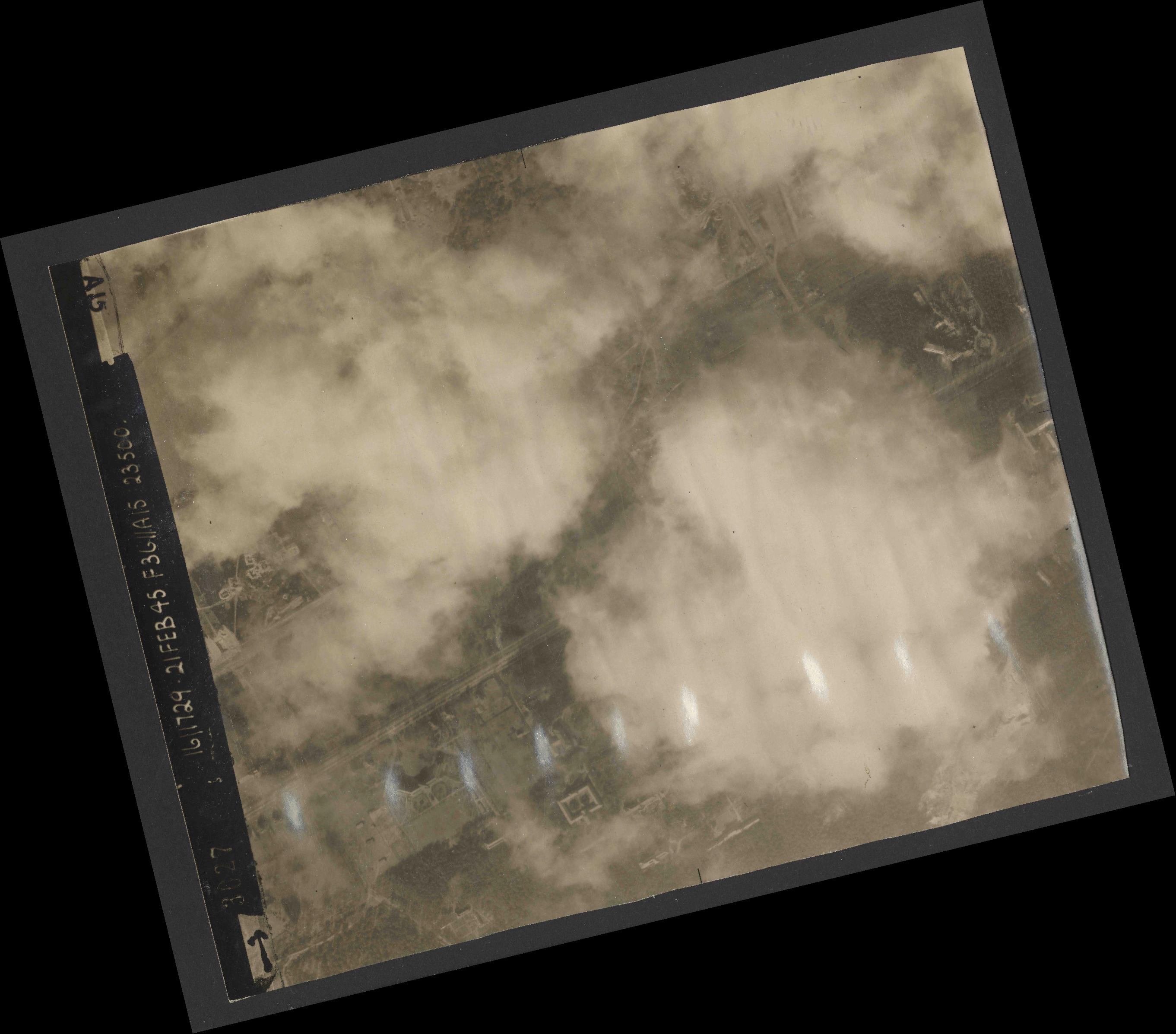 Collection RAF aerial photos 1940-1945 - flight 127, run 03, photo 3027